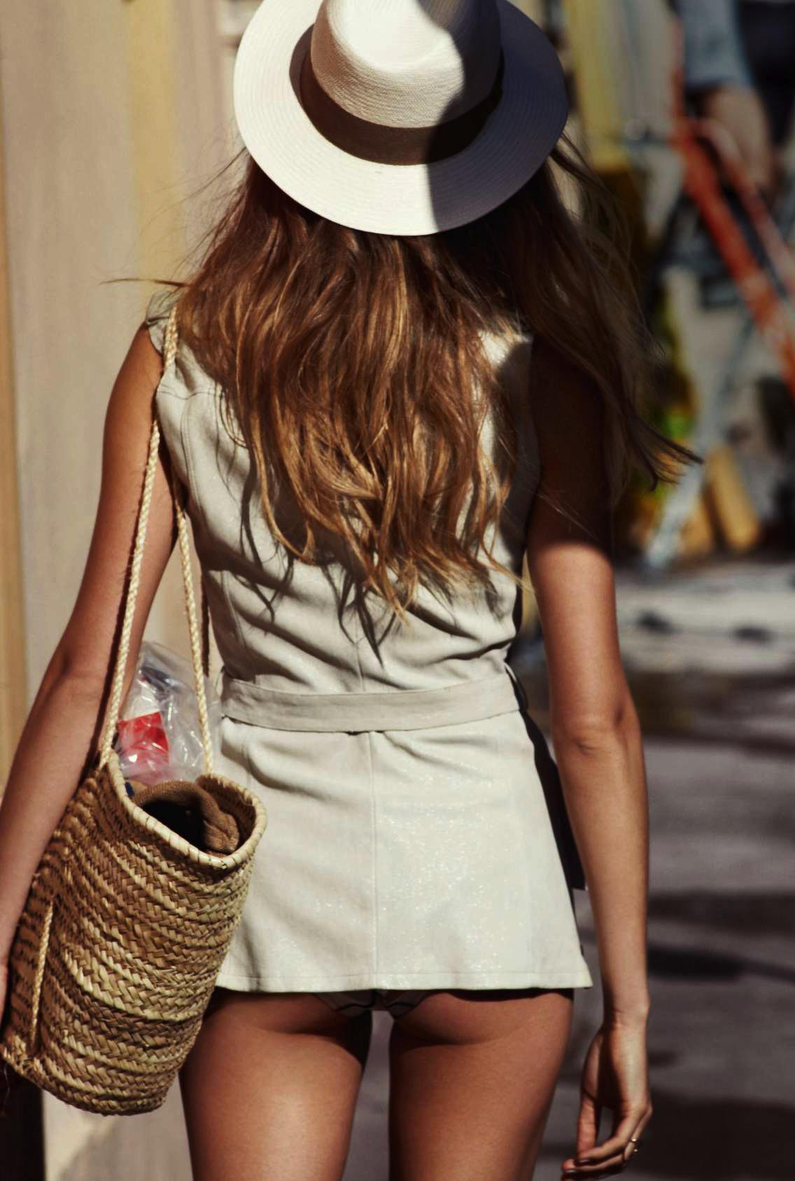 платье, Ventcouvert; купальник-бикини, Princesse Tam.Tam; шляпа, Printemps Paris; кольцо, Repossi; сумка - винтаж