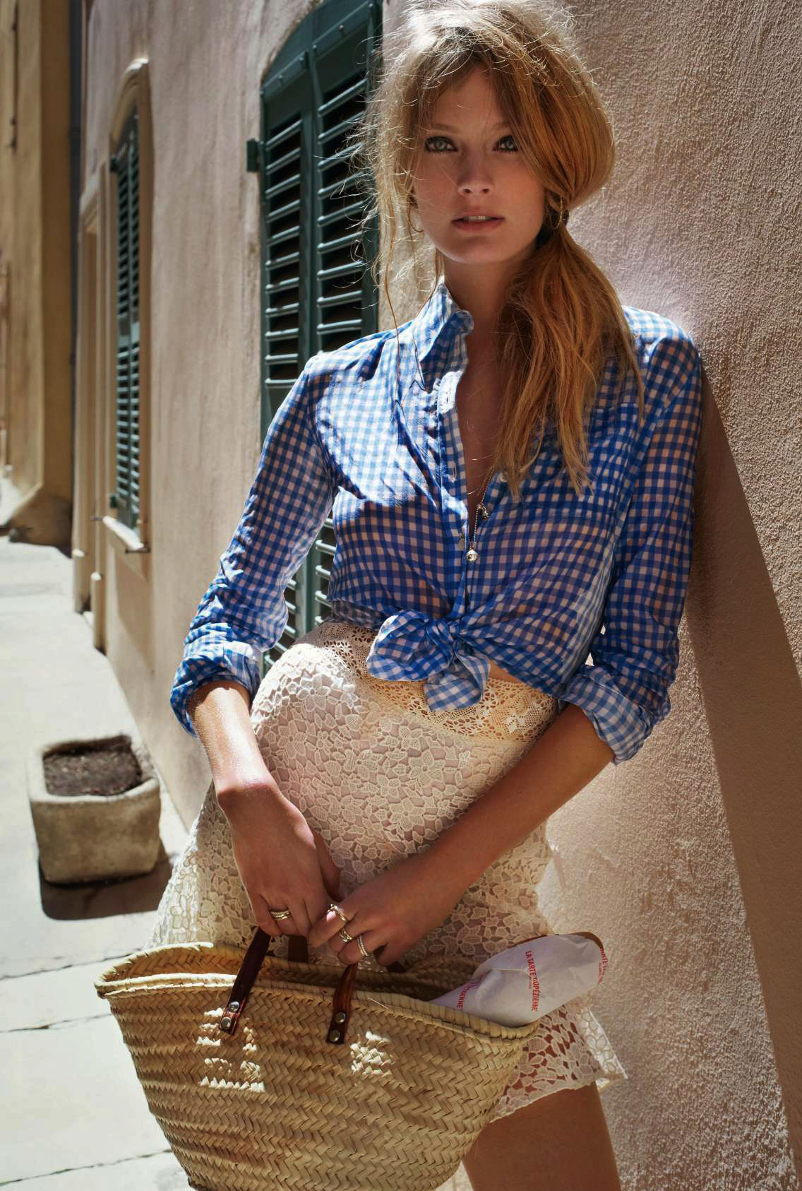 Рубашка, Altuzarra au Bon Marché Rive Gauche; мини-юбка, Ba&Sh; серьги-креолы, Stone Paris; ожерелье, Dodo; колье, Dior Joaillerie; кольца, Pomelato и Dodo; сумка - винтаж