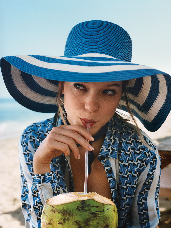 полосатая шляпа, Etro; шелковая блуза, Etro, NYC