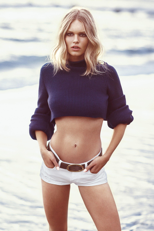 свитер, Marc Jacobs; шорты, J. Brand; пояс, Gucci