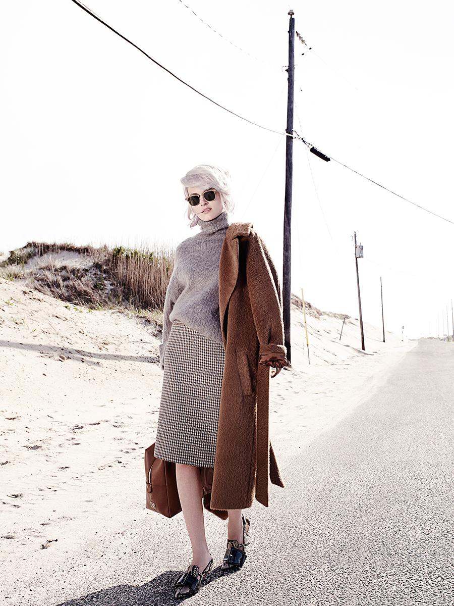 пальто, MARC CAIN; свитер WEEKDAY; юбка CHANEL; очки, Ray-Ban; сумка MCM; туфли Miu Miu