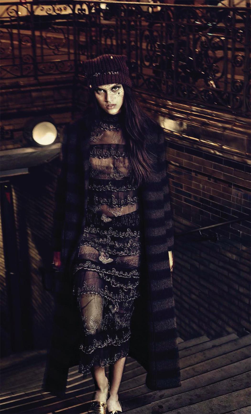 пальто, Herno; платье из тюля с вышивкой, Valentino; кружевное белье, Intimissimi; шапочка с вуалью, Radà; туфли, Bottega Veneta