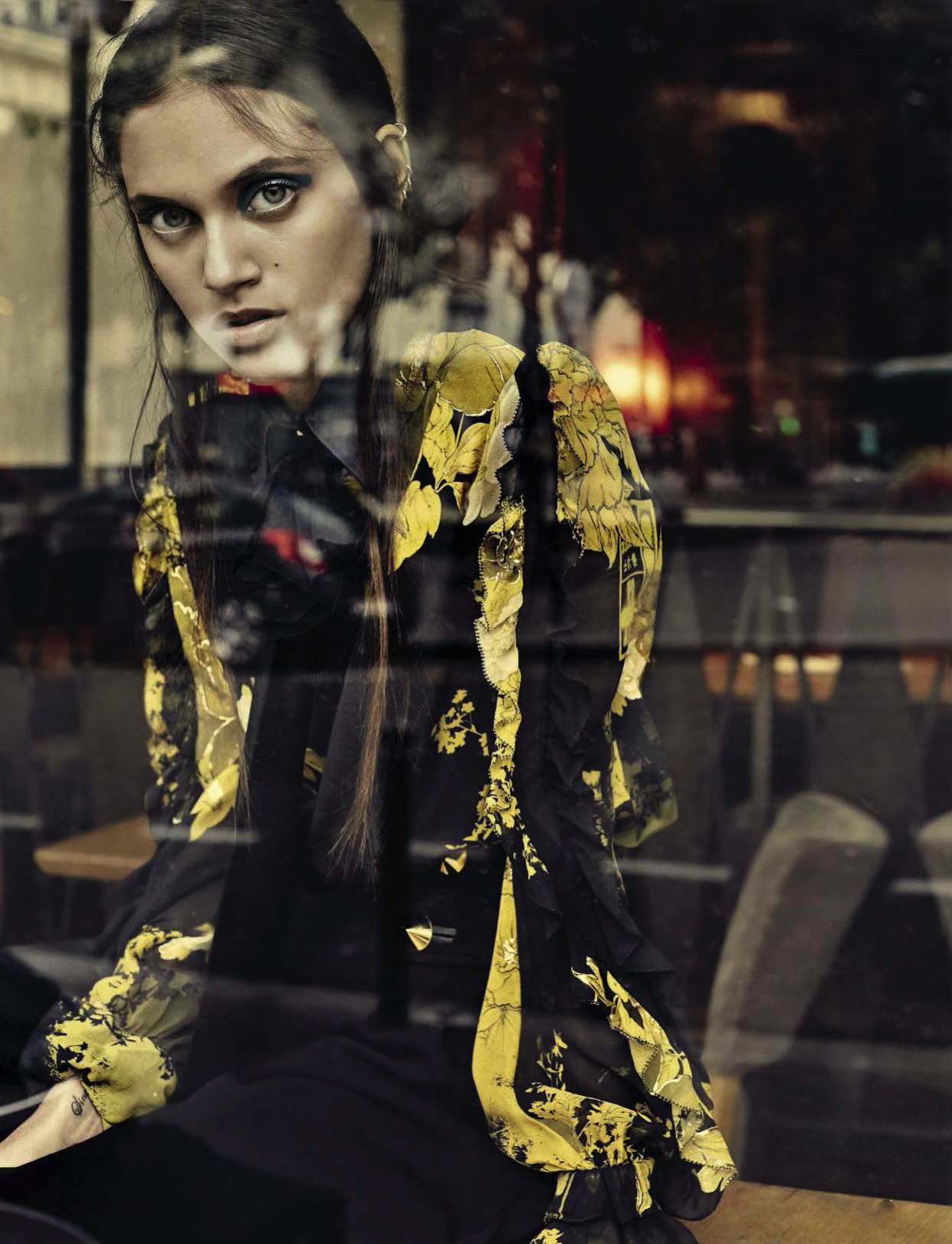 """рубашка и брюки, Roberto Cavalli; снято в кафе """"Омнибус"""", Париж/Omnibus Café Paris"""
