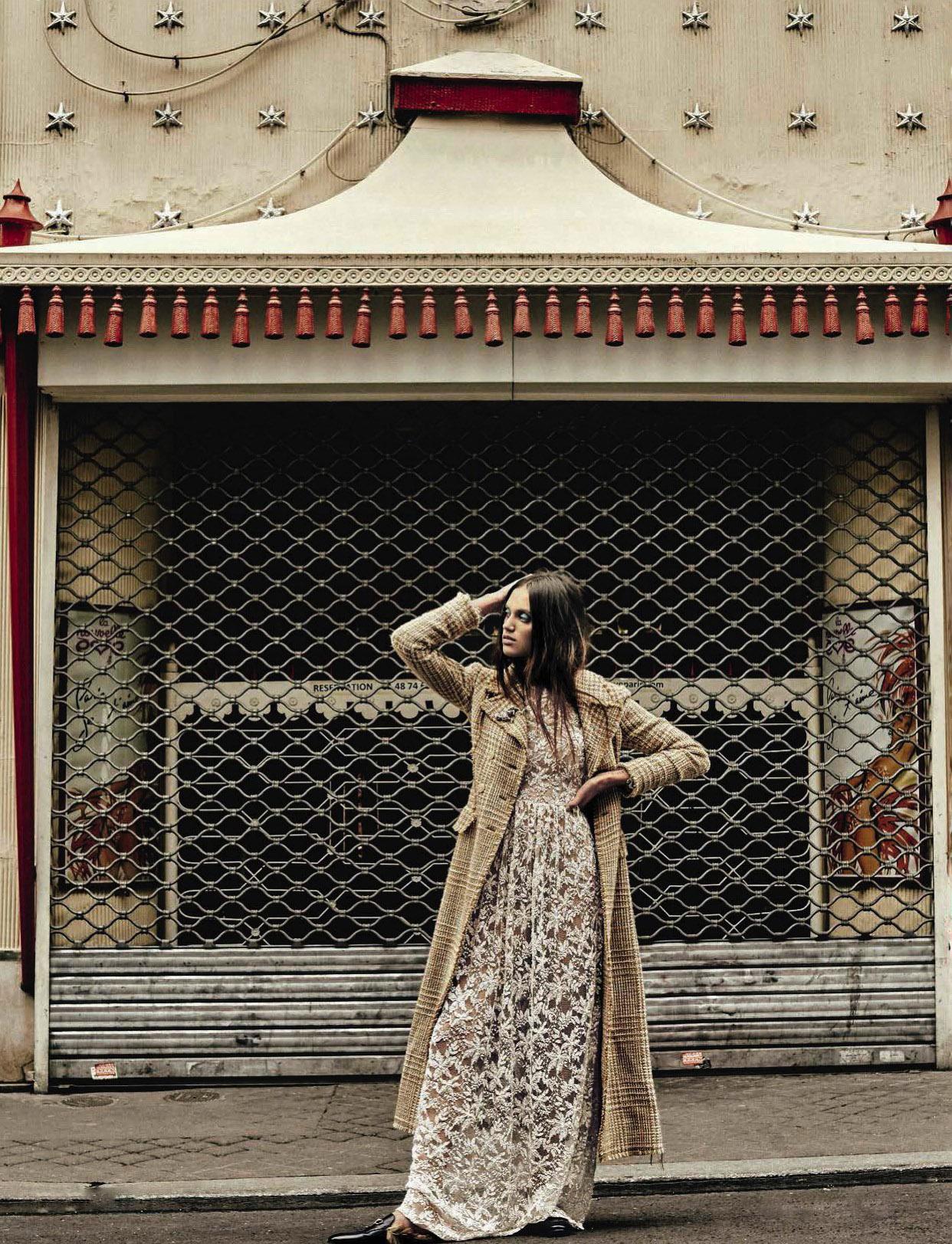 """пальто в клетку «принц Уэльский», Missoni; платье из кружева, Atelier Emè; слиперы, Gucci; брошь """"Леопард"""", Sharra Pagano"""