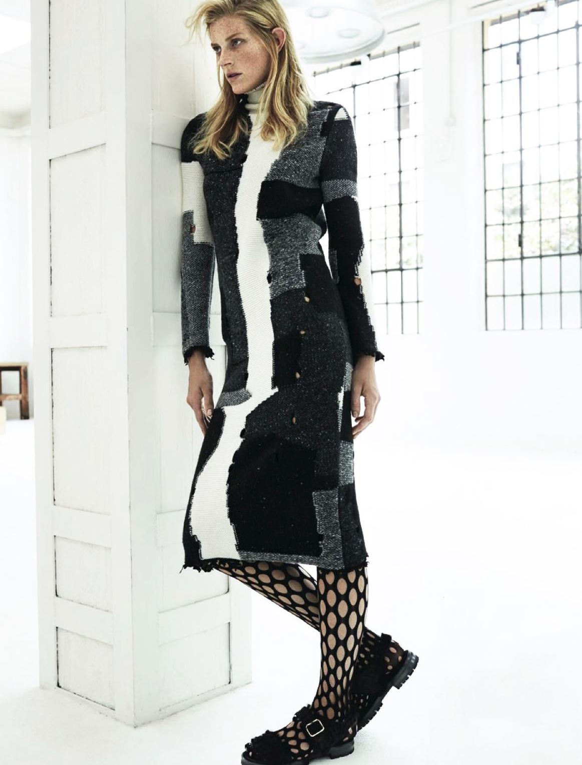 платье, Damir Doma; колготки, Proenza Schouler; сандалии, Attilio Giusti Leombruni