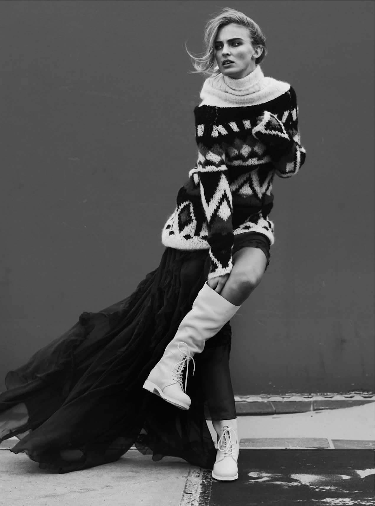 платье из шелкового шифона цвета королевский синий, Emilio Pucci; свитер, Peuterey; белые кожаные сапоги, Shabbies