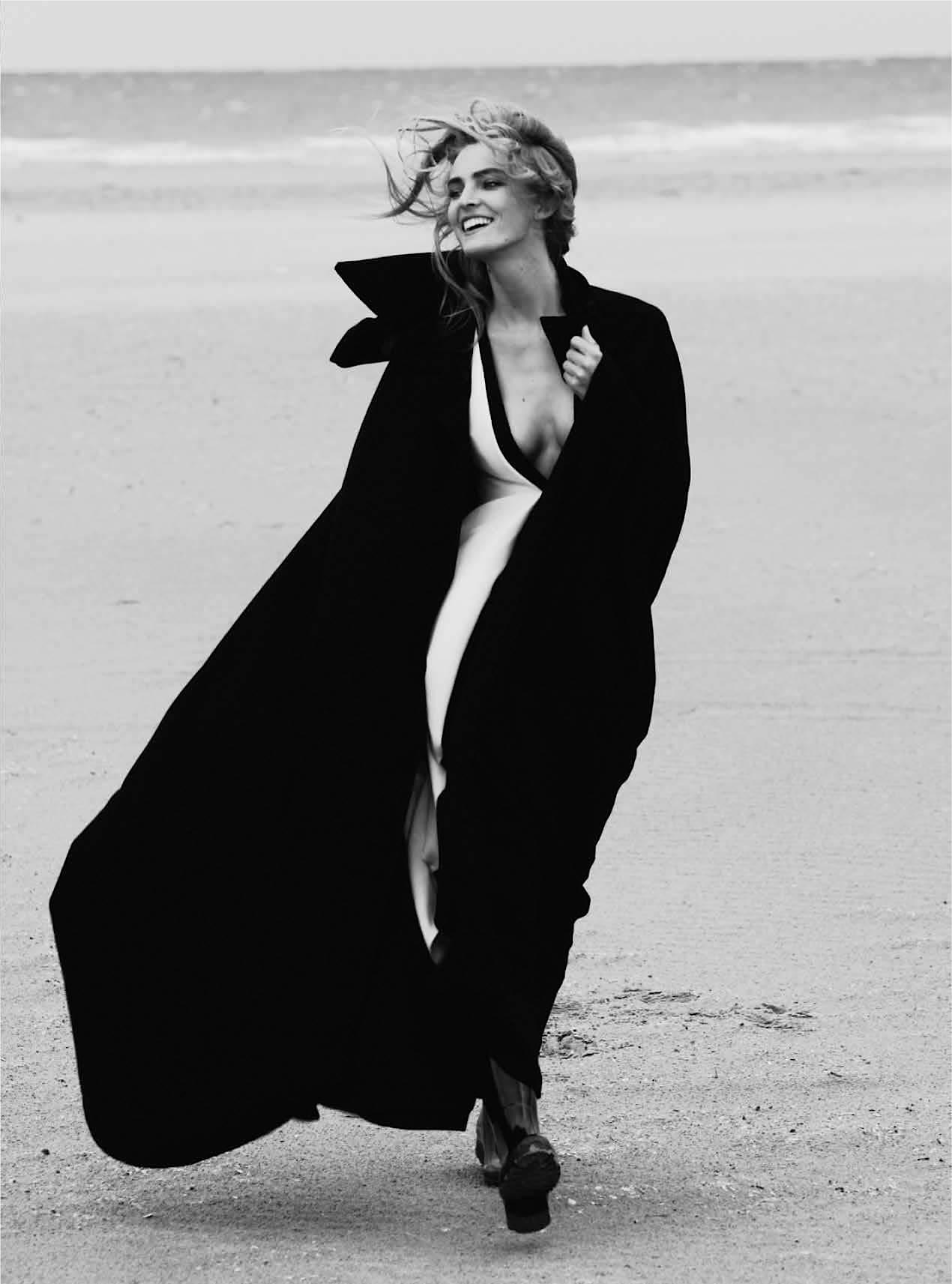 платье из шелка, Valentino; широкий черный плащ, Azzedine Alaia; резиновые сапоги, Aigle