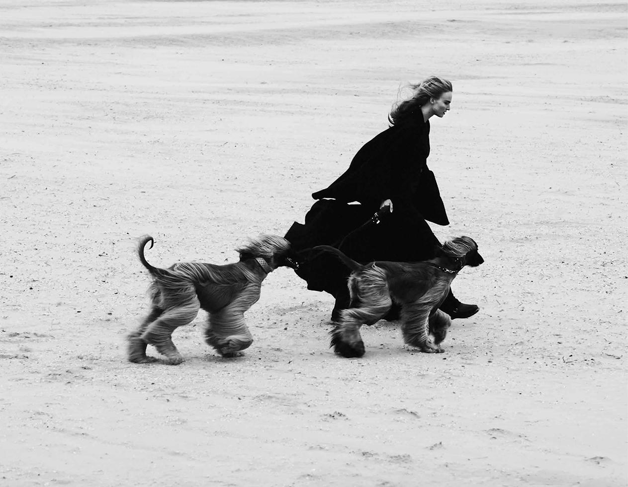 топ, юбка-клеш, кожаный ремень, Michael Kors; двубортная куртка, Burberry Prorsum; резиновые сапоги, Ilse Jacobsen; кожаные поводки и ошейники для собак, Dogs Department