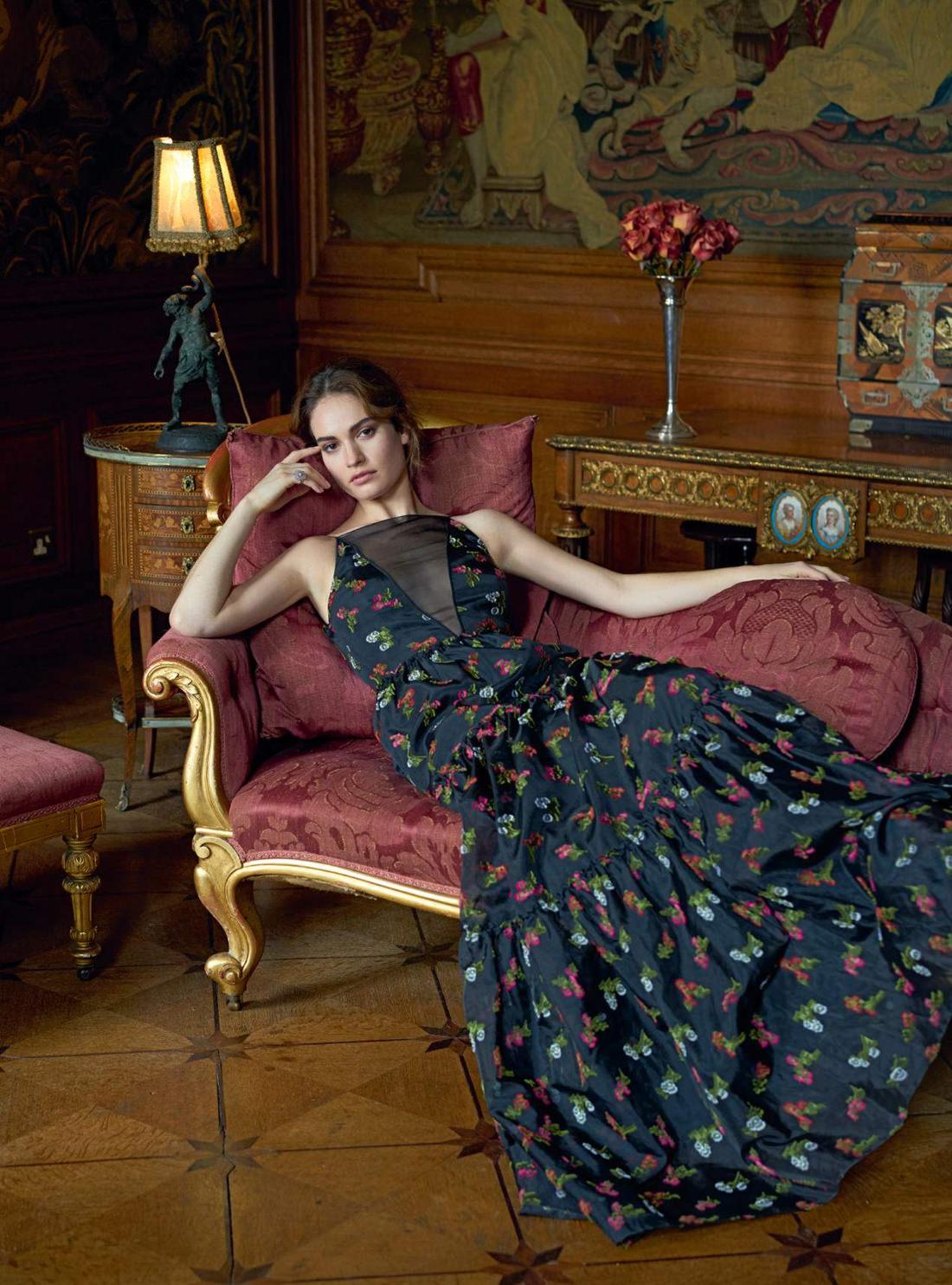 платье, Erdem; кольцо из белого золота и бриллиантов, Chanel Fine Jewellery