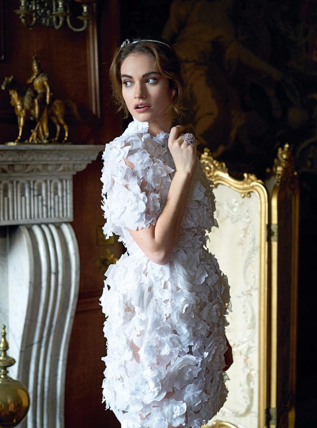 платье из шелкового оганди, кружева и органзы, Ralph & Russo; украшение для волос из белого золота и бриллиантов, кольцо из белого золота и бриллиантов, Chanel Fine Jewellery