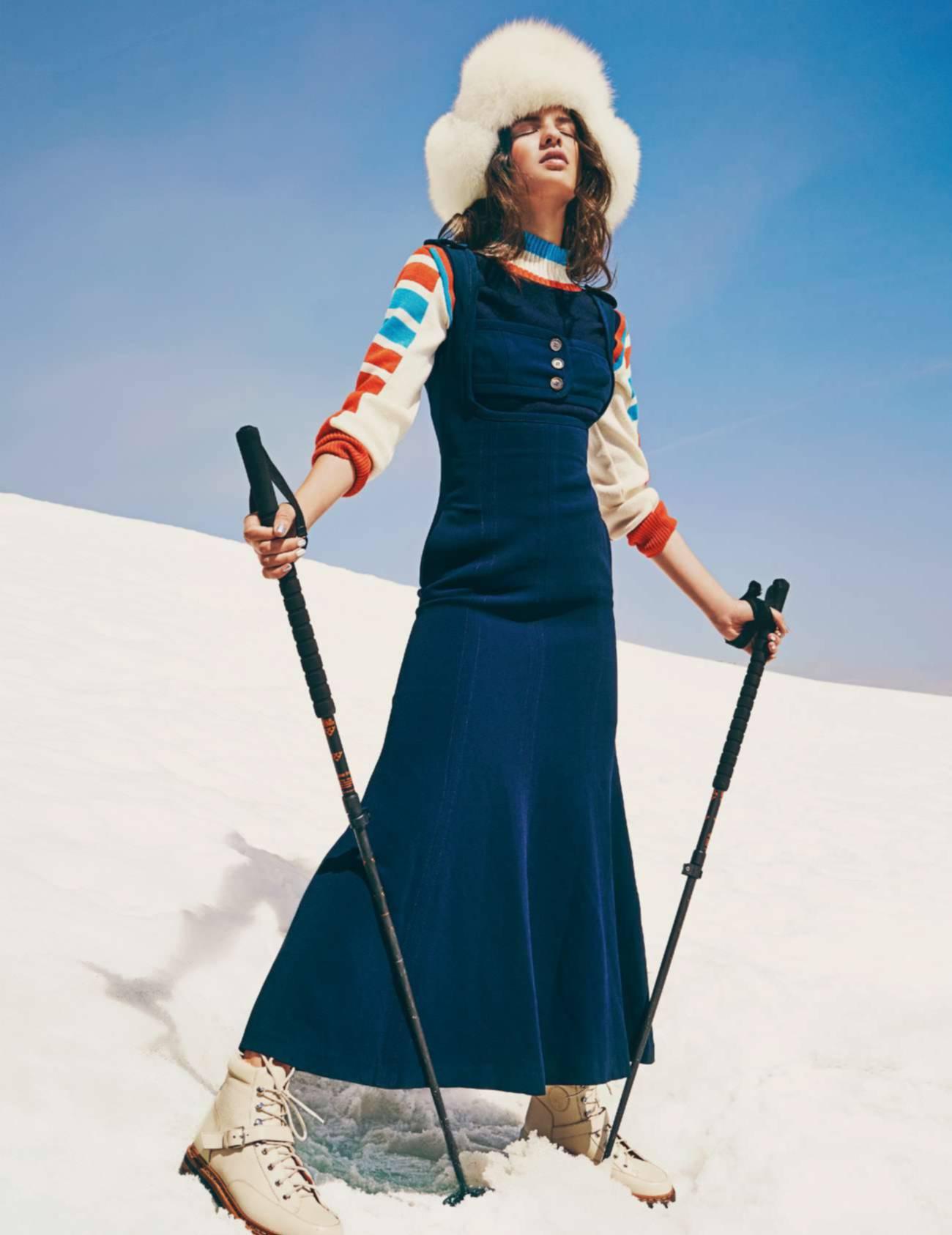 платье, Alessandra Rich; свитер, Valentine Gauthier; шапка-ушанка, Sprung Frères; ботинки, Hermès; лыжные палки, Black Crows