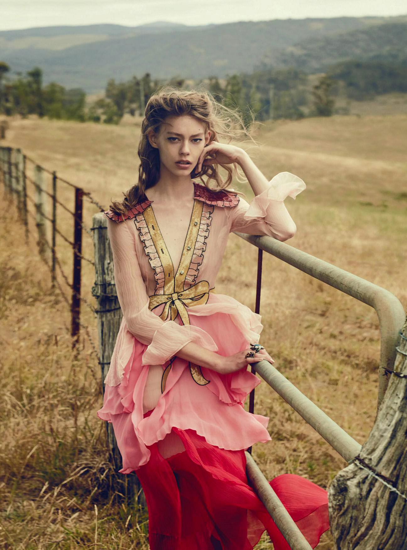 платье, кольца; Gucci