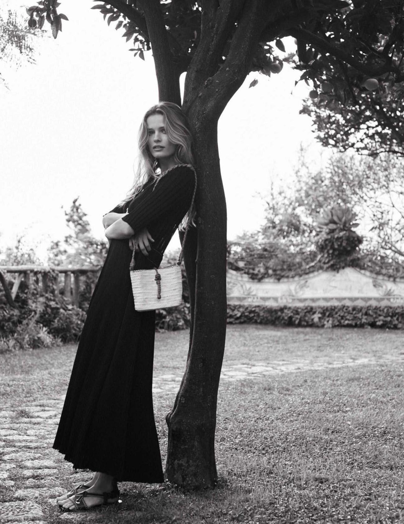 платье из вискозы и шелка, Céline; сумка из рафии с кожаными деталями, Masscob; сандалии из кожи, Bottega Veneta; кулон, Aurèlie Bidermann; браслет из золота, Oui Petit