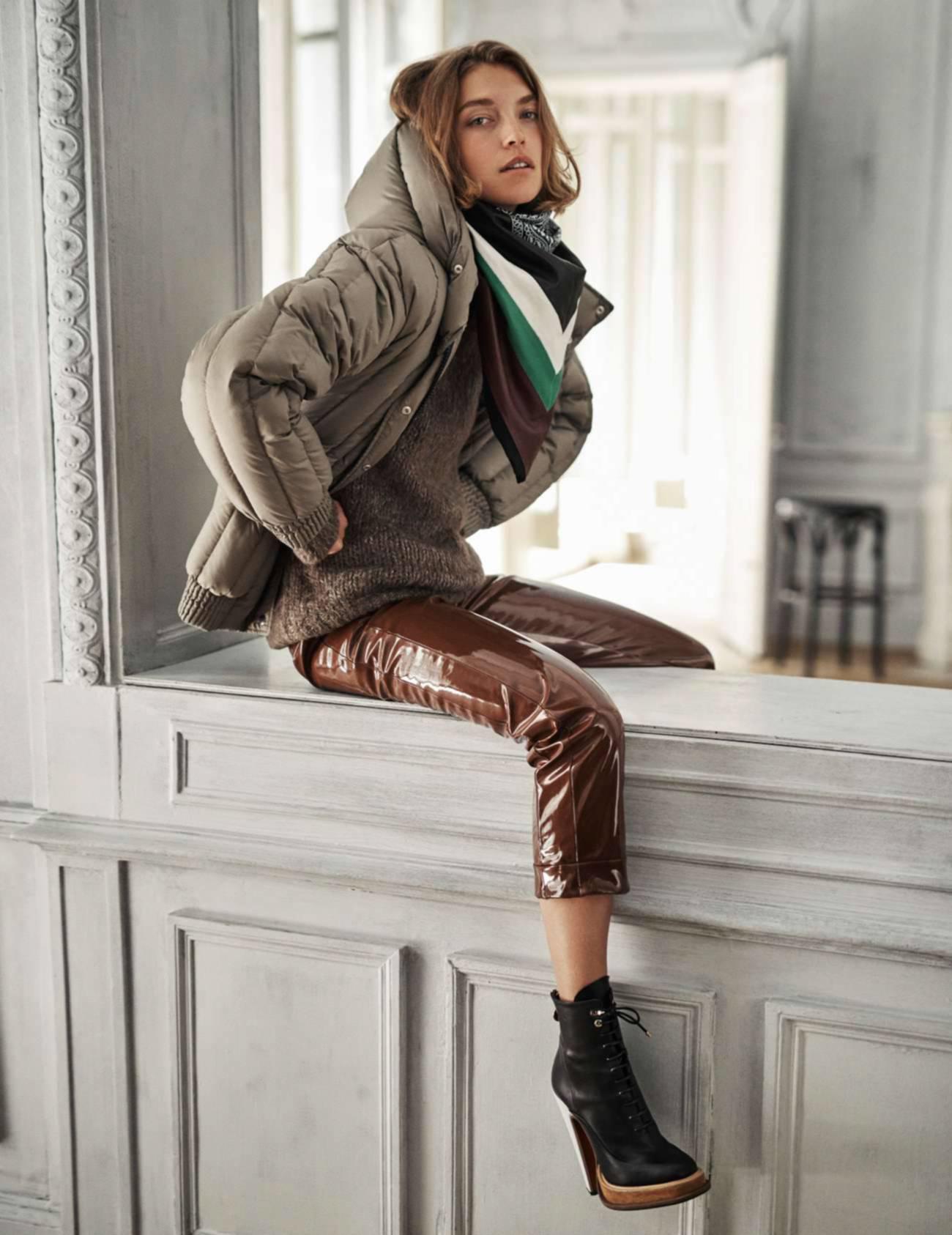 пуховик оверсайз из нейлона, джемпер, виниловые брюки, ботинки на шнуровке, Carven; бандана с принтом, Wanda Nylon