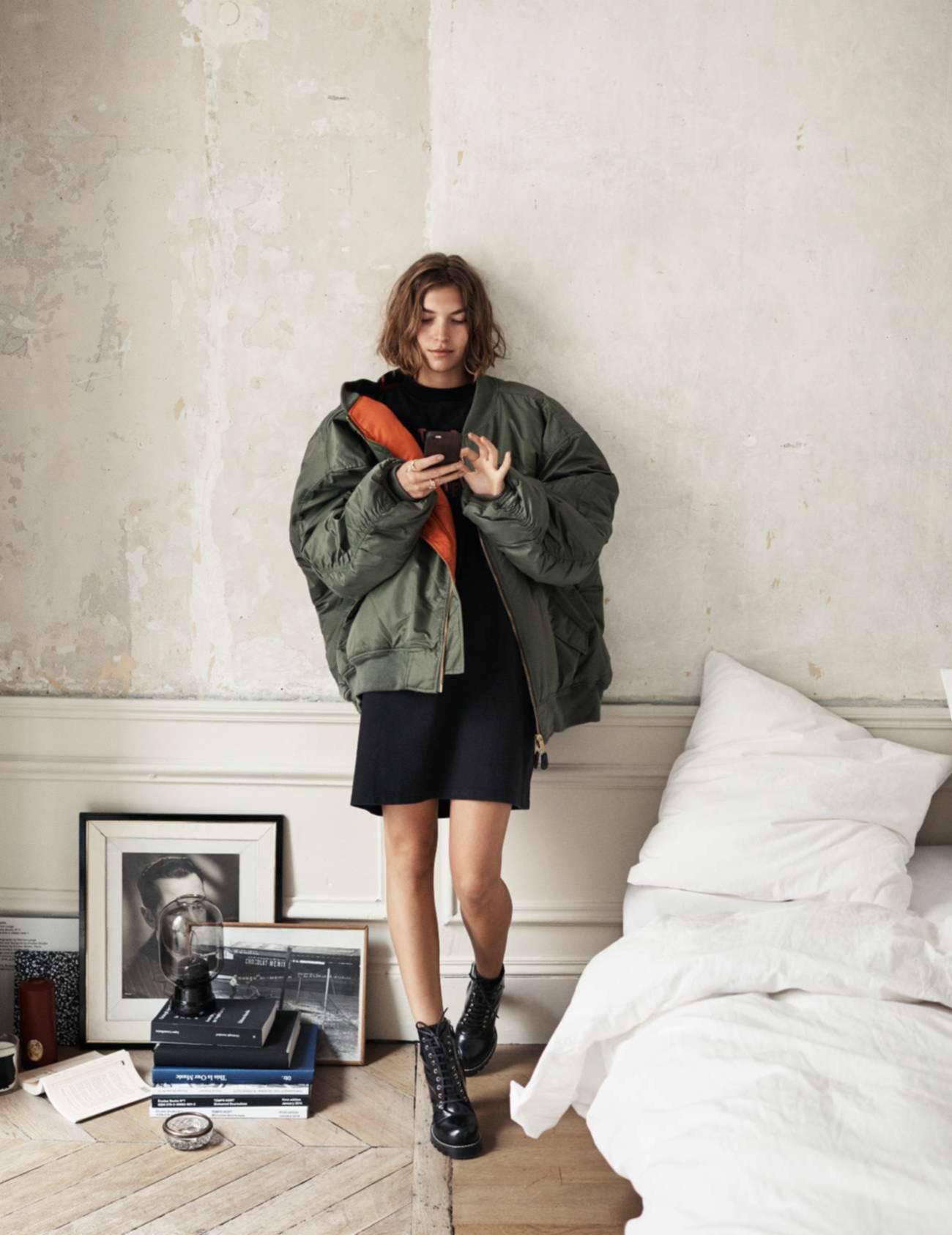 """куртка оверсайз, туника из хлопка, Vetements; кольца """"Neo Lover"""" из  серебра и киновари, Charlotte Chesnais; ботинки на шнуровке, Louis Vuitton"""