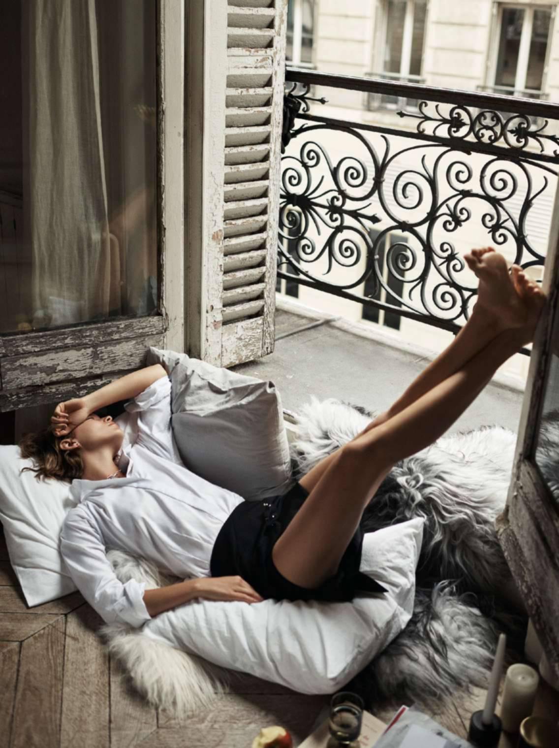 рубашка из хлопка, мини-юбка из шерсти, Anthony Vaccarello; ожерелье из латуни, Isabel Marant