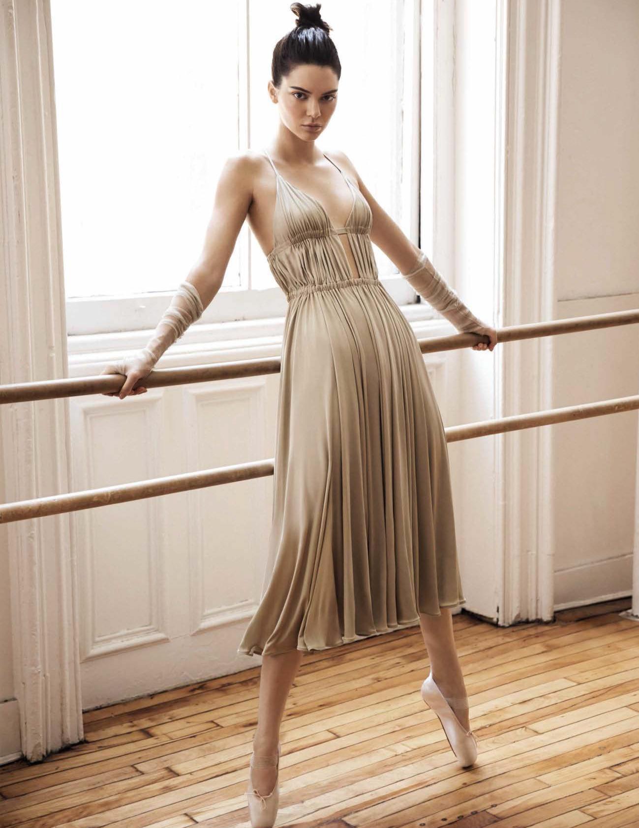 платье из шелка, Valentino; пуанты, Repetto; перчатки, Cortana