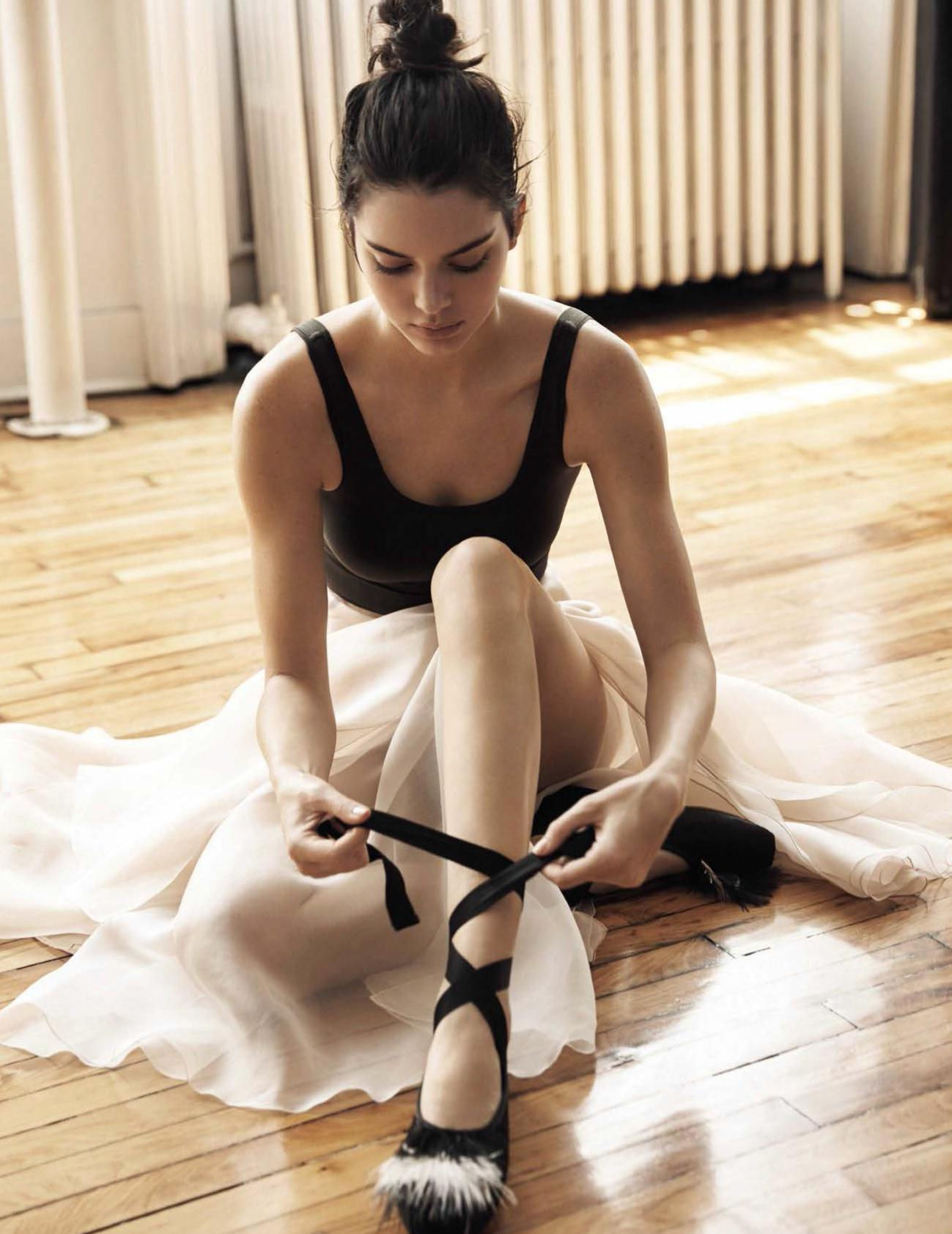 боди, Theory; юбка из огранзы, Carolina Herrera N.Y.; пуанты, Opéra National de Paris