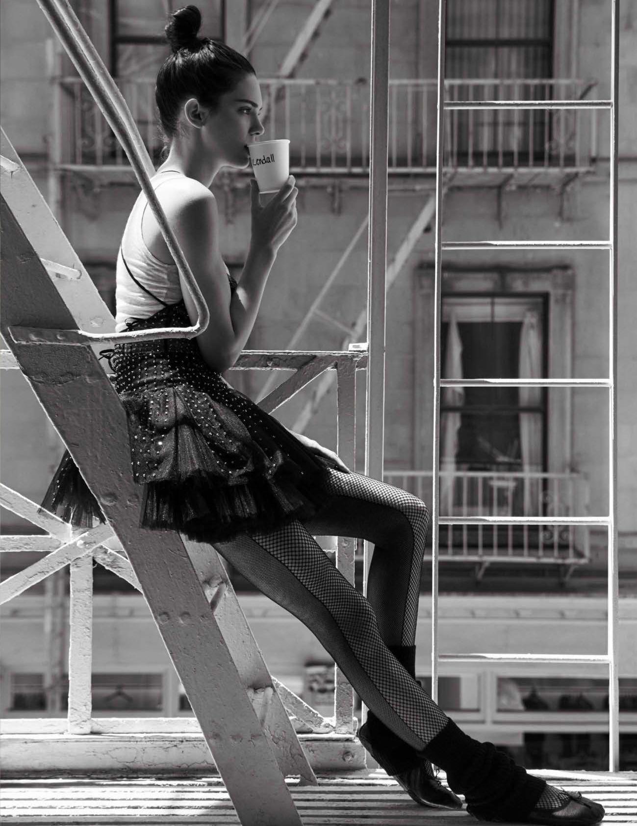 майка из хлопка, American Vintage; балетное платье из тюля с декором из черных стразов Swarovski, Valentino; колготки, Calzedonia; балетки, Repetto; гетры, Capezio