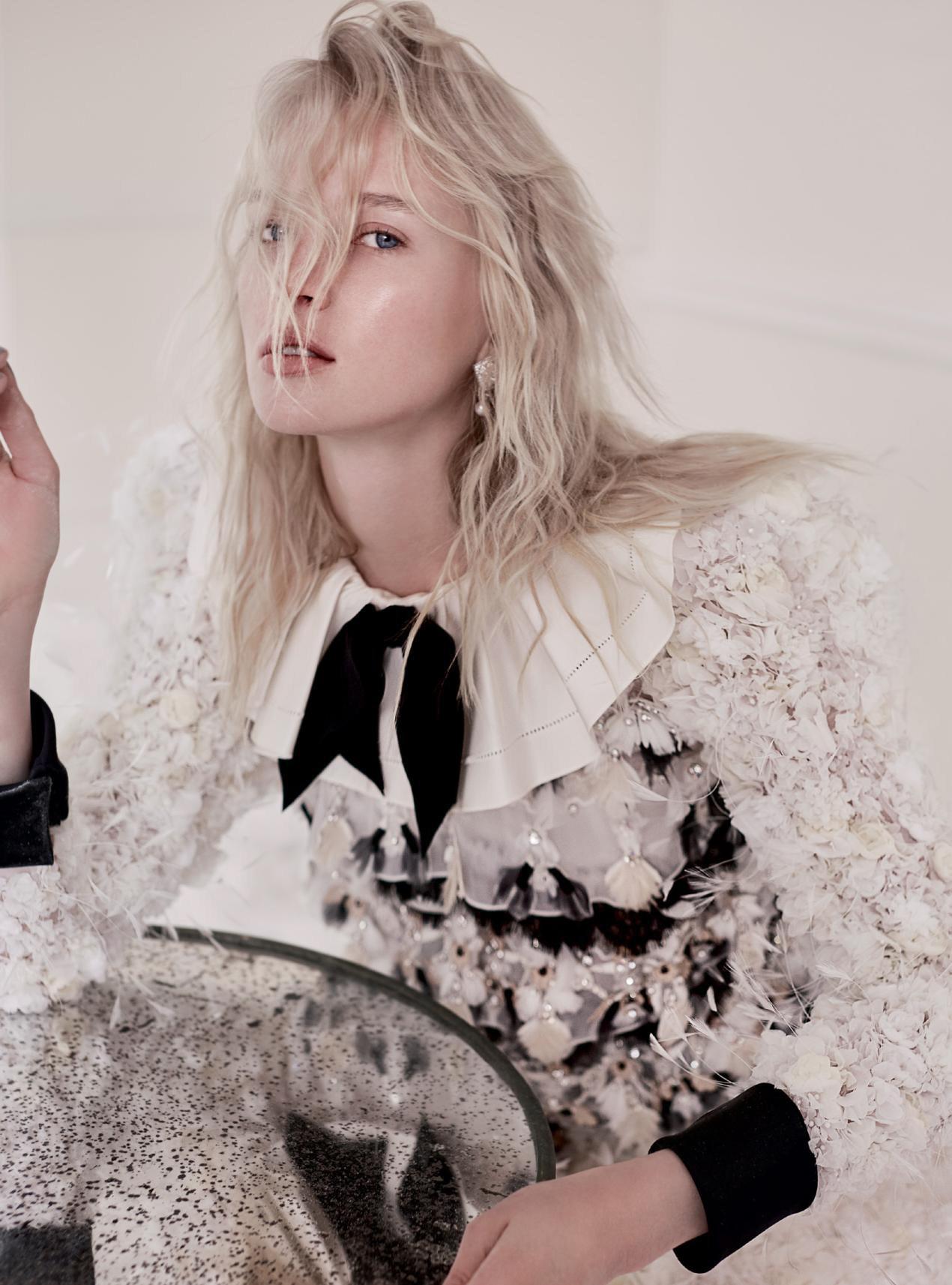 Платье из шелкового фая, сатина, кожи, Chanel Haute Couture; серьги из белого золота, бриллиантов и жемчуга, Chanel Fine Jewellery