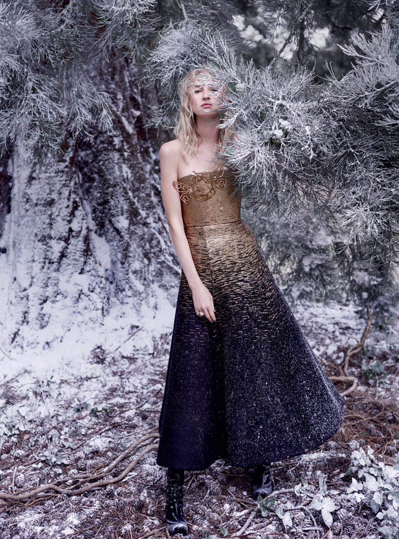 платье из шерсти, сапоги, Schiaparelli Haute Couture; кольцо из розового золота, глазури и бриллиантов, Cartier