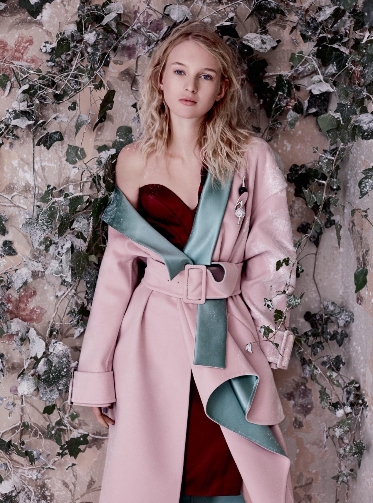 пальто из кашемира и атласа, платье из шелка и атласа, брошь, Atelier Versace