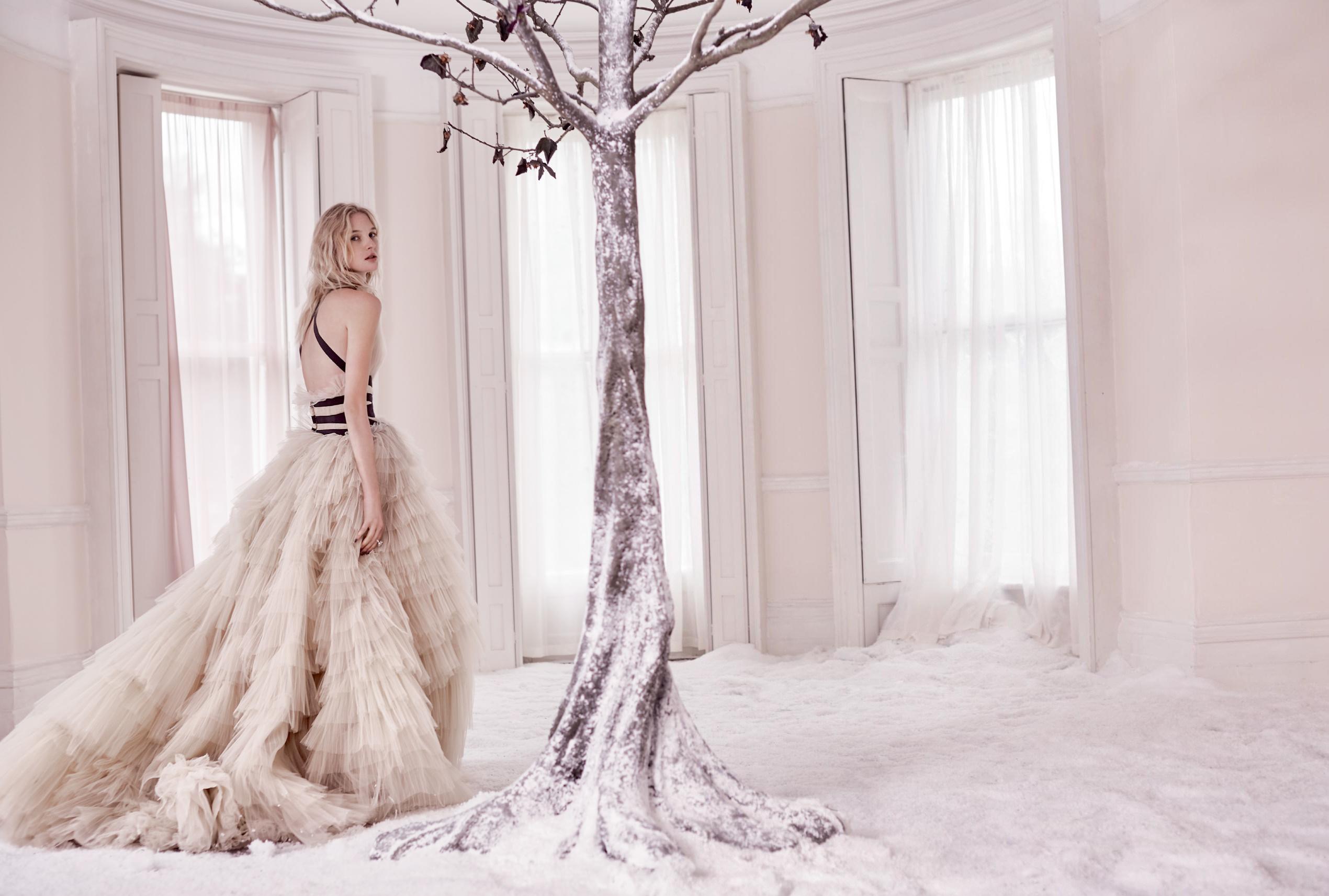 платье из тюля, Carolina Herrera; кольцо из белого золота и бриллиантов, Bulgari