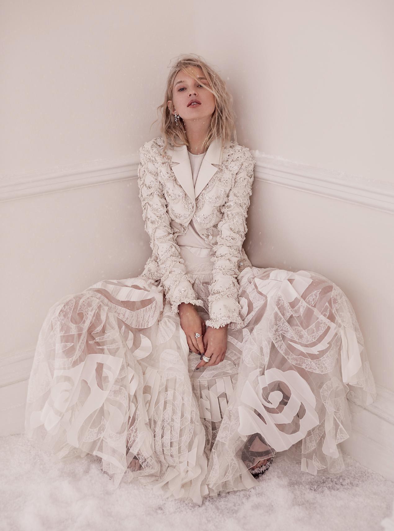 куртка из шерстяного крепа с пайетками, вязаный топ, юбка из шелкового тюля и кружева,  сандалии из замши, Dior Haute Couture; серьги и кольцо из белого золота с бриллиантами, Dior Joaillerie