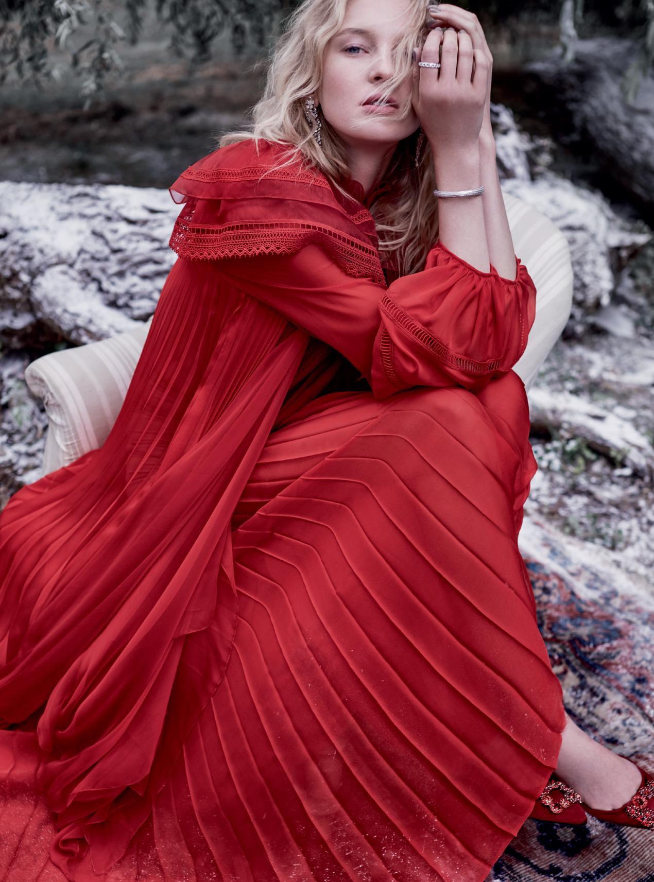 платье из шелка и муслина, Giambattista Valli Haute Couture; туфли из атласа, Roger Vivier; серьги, кольцо и браслет из белого золота и бриллиантов, Nirav Modi