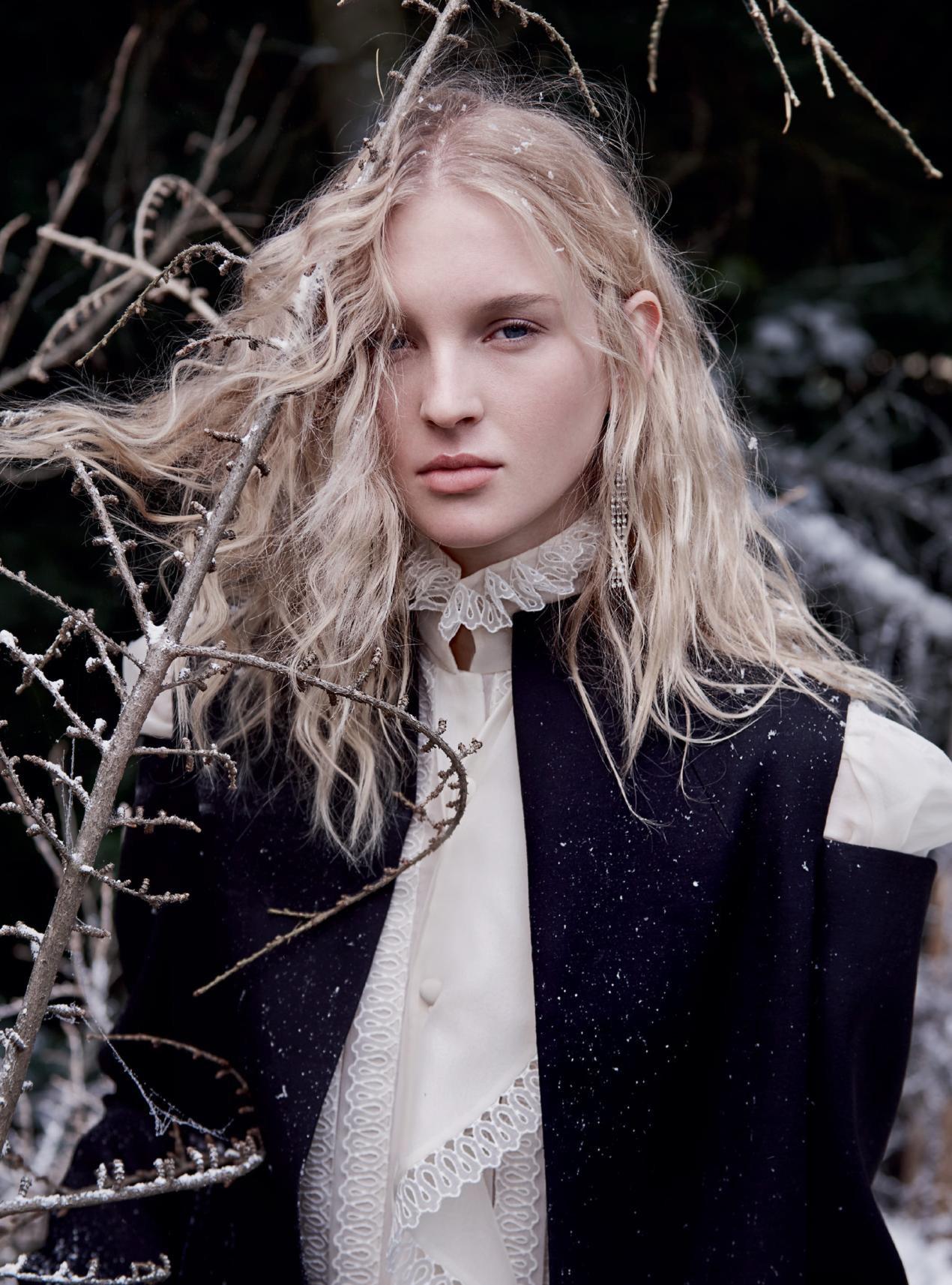 платье из органзы и кружева, пальто из шерсти, Valentino Haute Couture; серьги из платины и бриллиантов, Boodles
