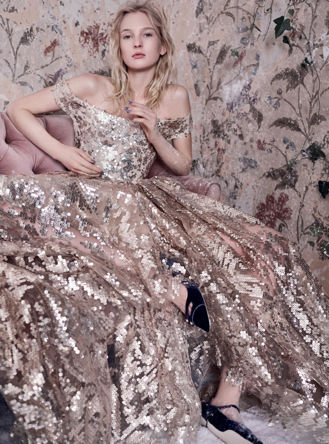 платье из жоржета и пайеток, Vivienne Westwood Couture; туфли из бархата, Jimmy Choo