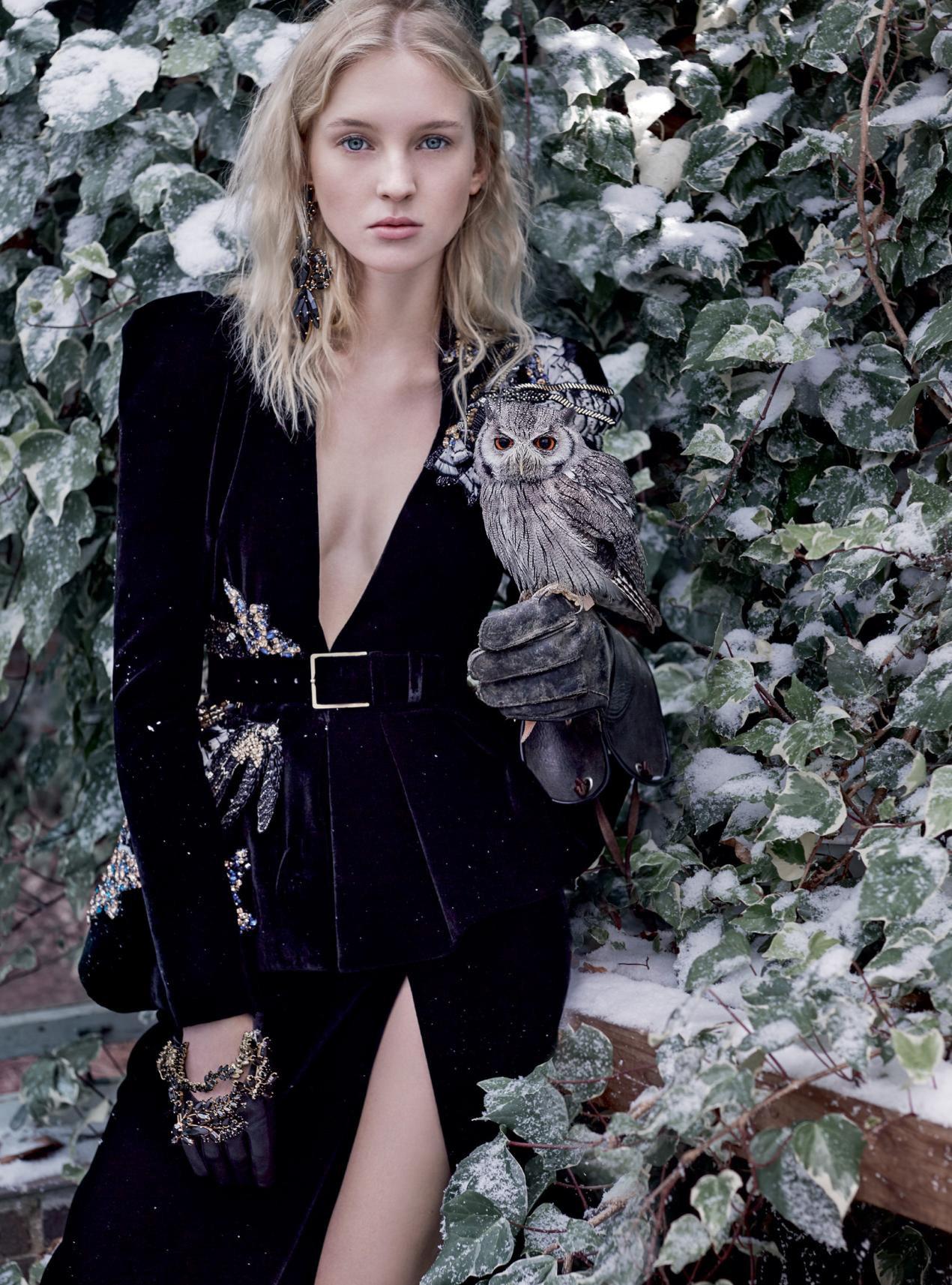 жакет из бархата с декором из перьев и кристаллов, юбка из бархата, перчатки из кожи с декором из кристаллов, серьги с кристаллами, Elie Saab Haute Couture