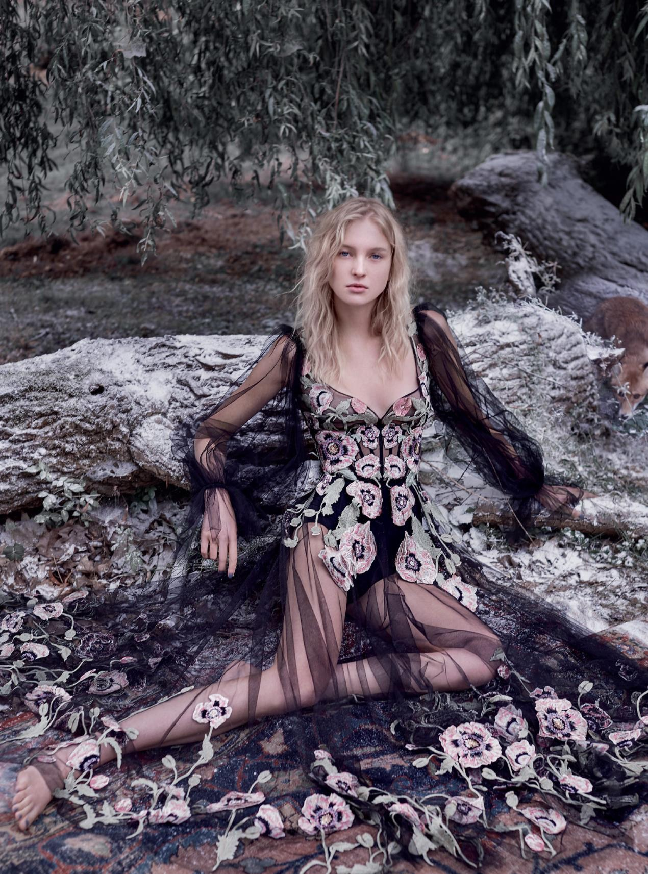 платье из тюля, Alexander McQueen; трусики из лайкры, Intimissimi