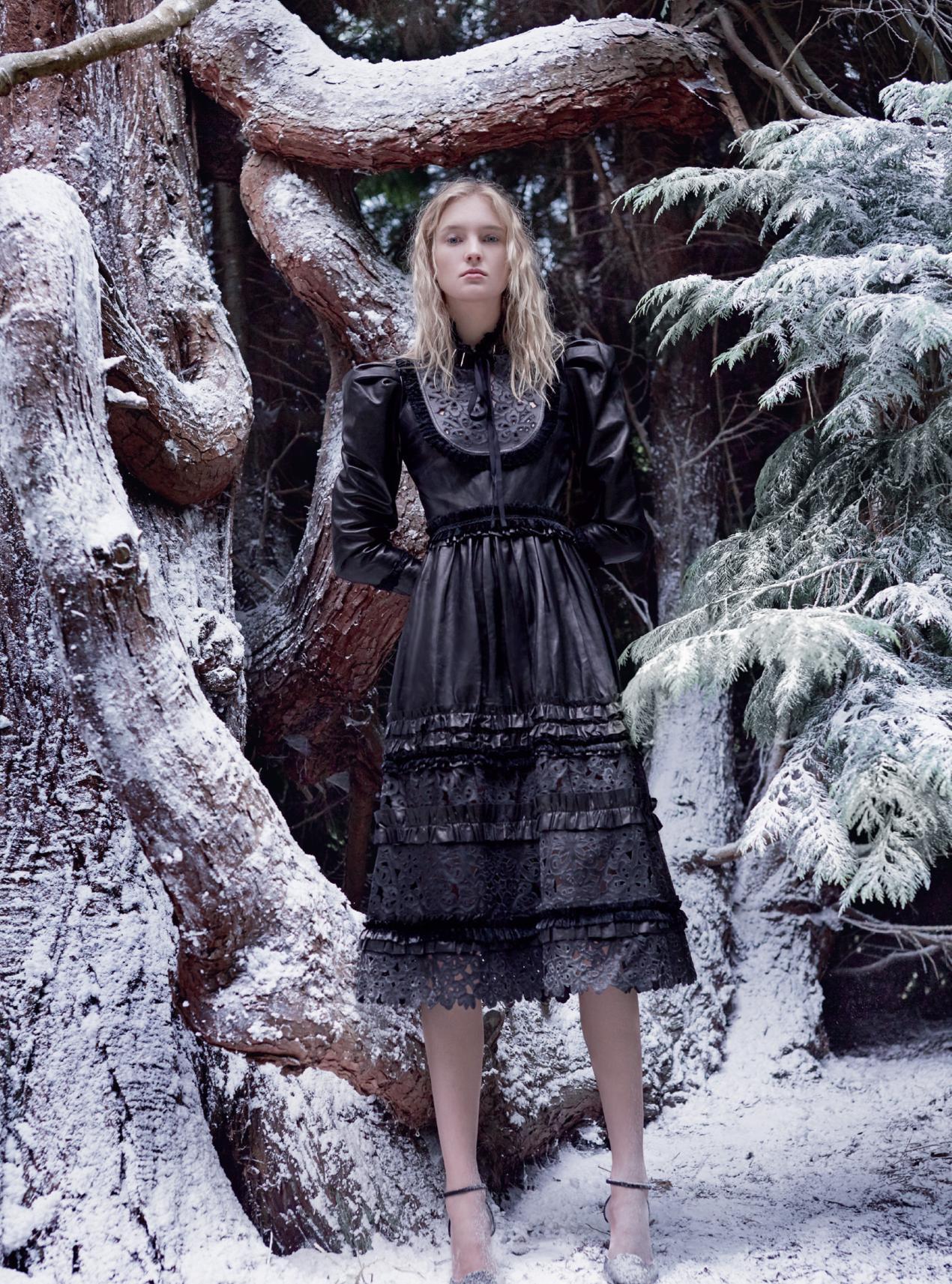 платье из кожи, бархата, шелка и крепдешина, Gucci; туфли из бархата, Giuseppe Zanotti Design
