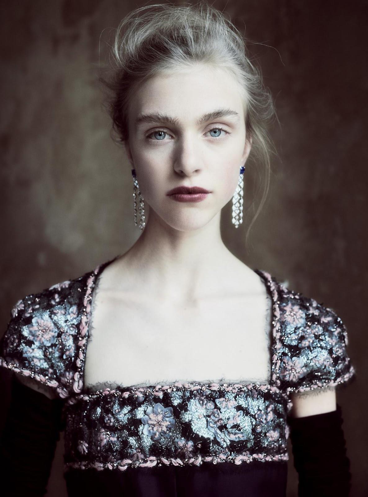 платье из шелка, Chanel Haute Couture; серьги из белого золота с бриллиантами и сапфирами, Chanel Fine Jewellery