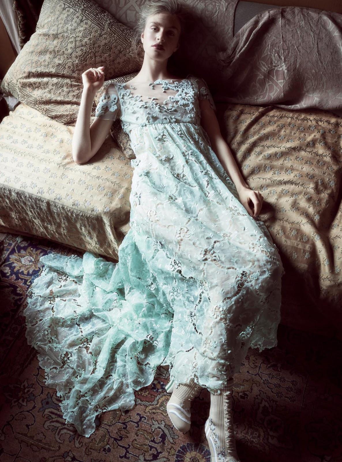 платье из кружева; ботильоны на шнуровке, Fendi Haute Couture