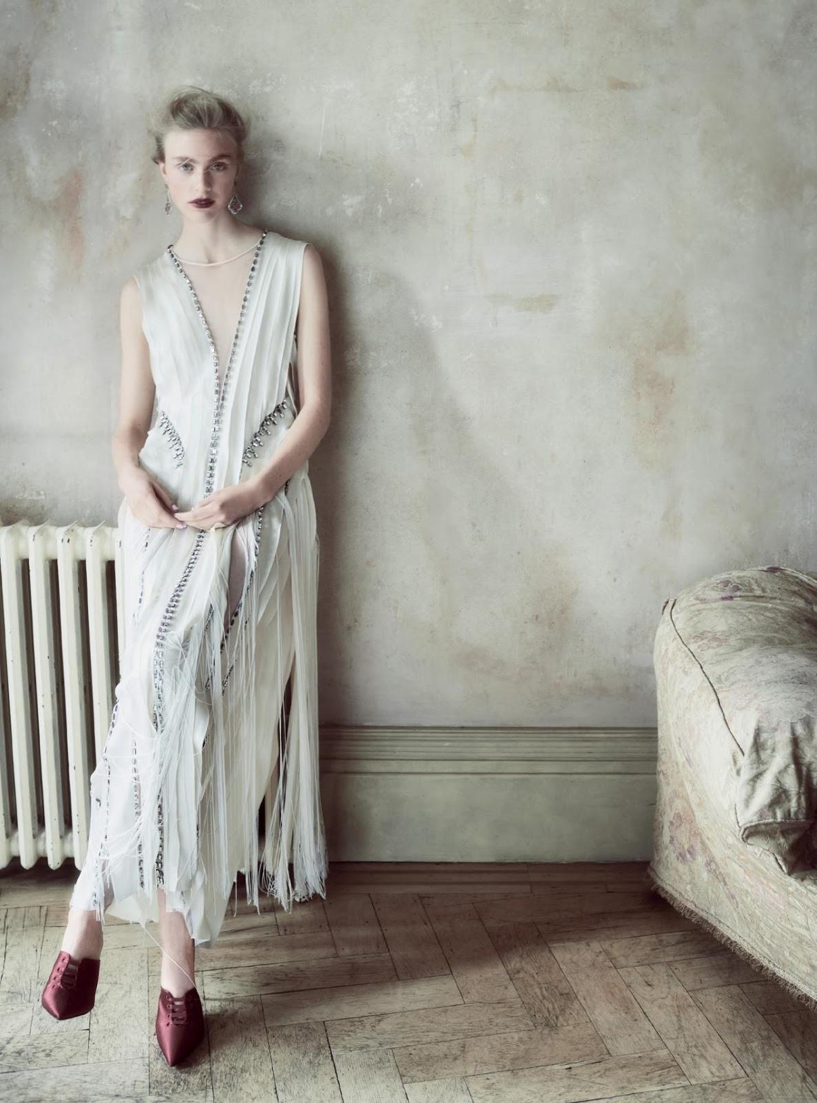 платье из шелка и шифона, Alberta Ferretti Couture Collection; туфли из сатина, Alberta Ferretti; серьги из белого золота с сапфирами, рубинами, цаворитами, аметистами и бриллиантами, Chopard