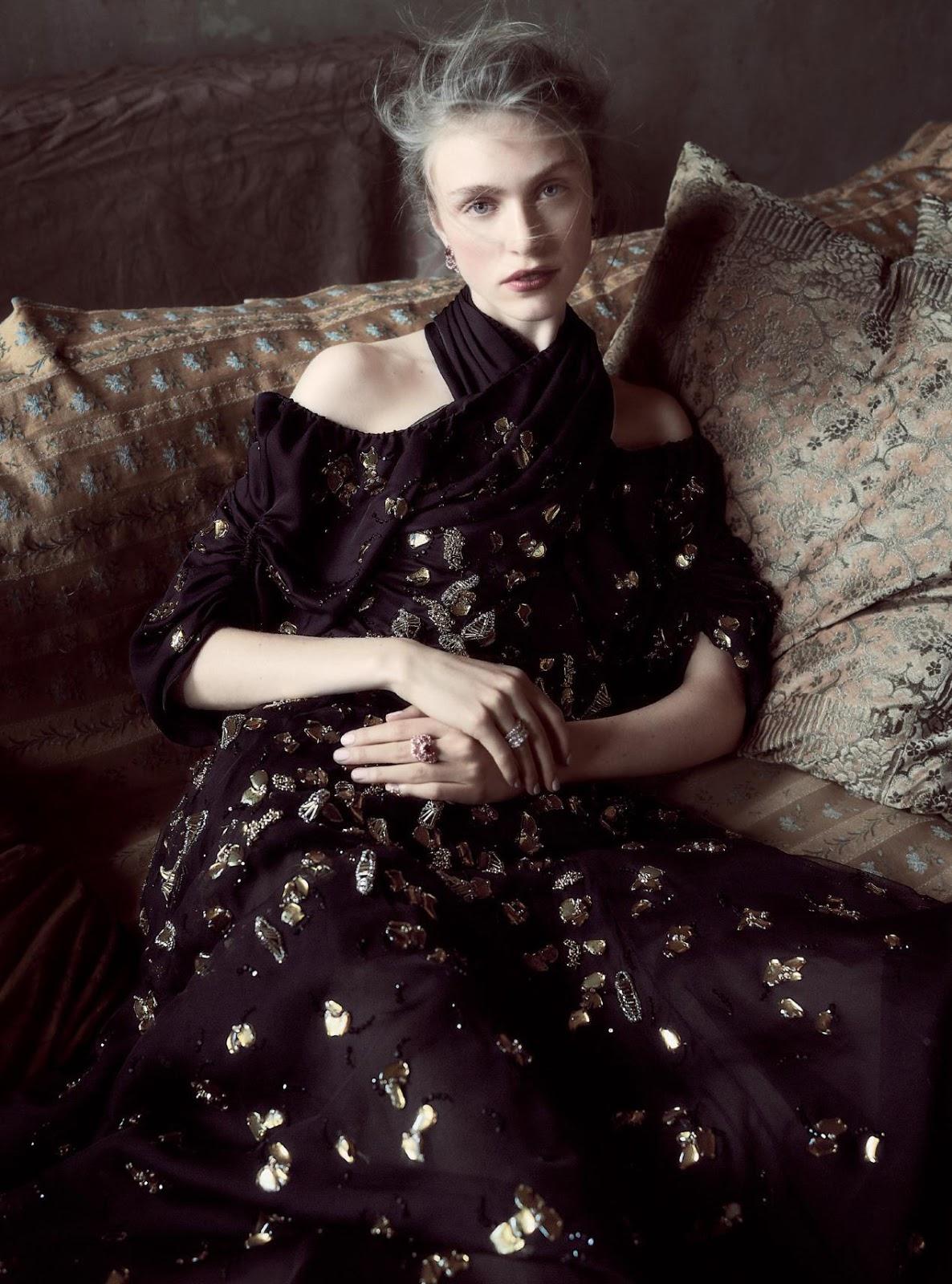платье из шелка и органзы, Dior Haute Couture; серьги из розового золота с бриллиантами и рубинами, Dior Joaillerie; на правой руке: кольцо из белого золота с бриллиантами, на левой руке: кольцо из розового золота с бриллиантами и рубинами, Dior Joaillerie