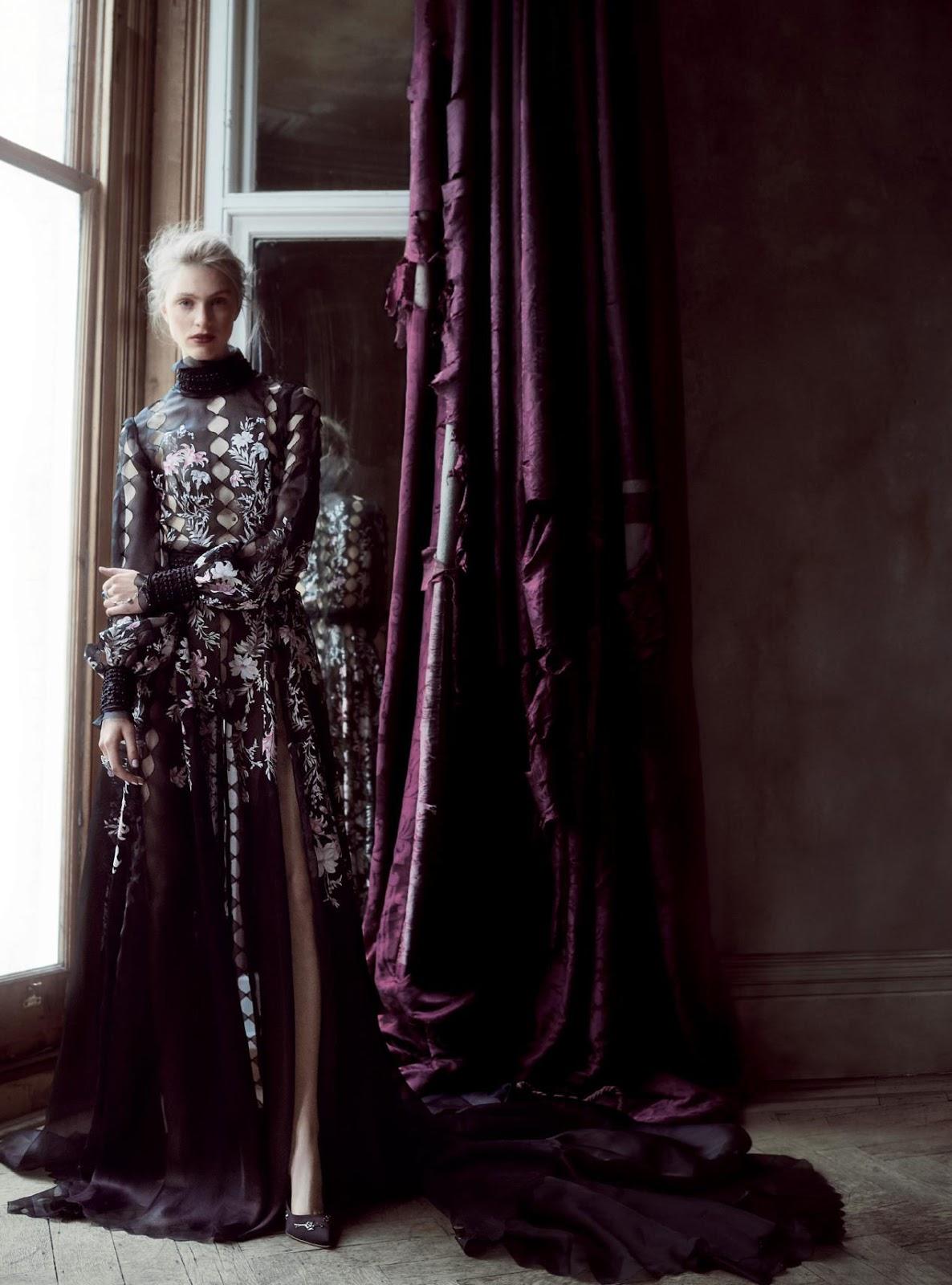 платье из шелка и органзы, Ralph & Russo; украшение на руку из золота с бриллиантами и черными опалами, кольцо из белого золота с аметистами, сапфирами, рубинами и турмалинами, Chopard