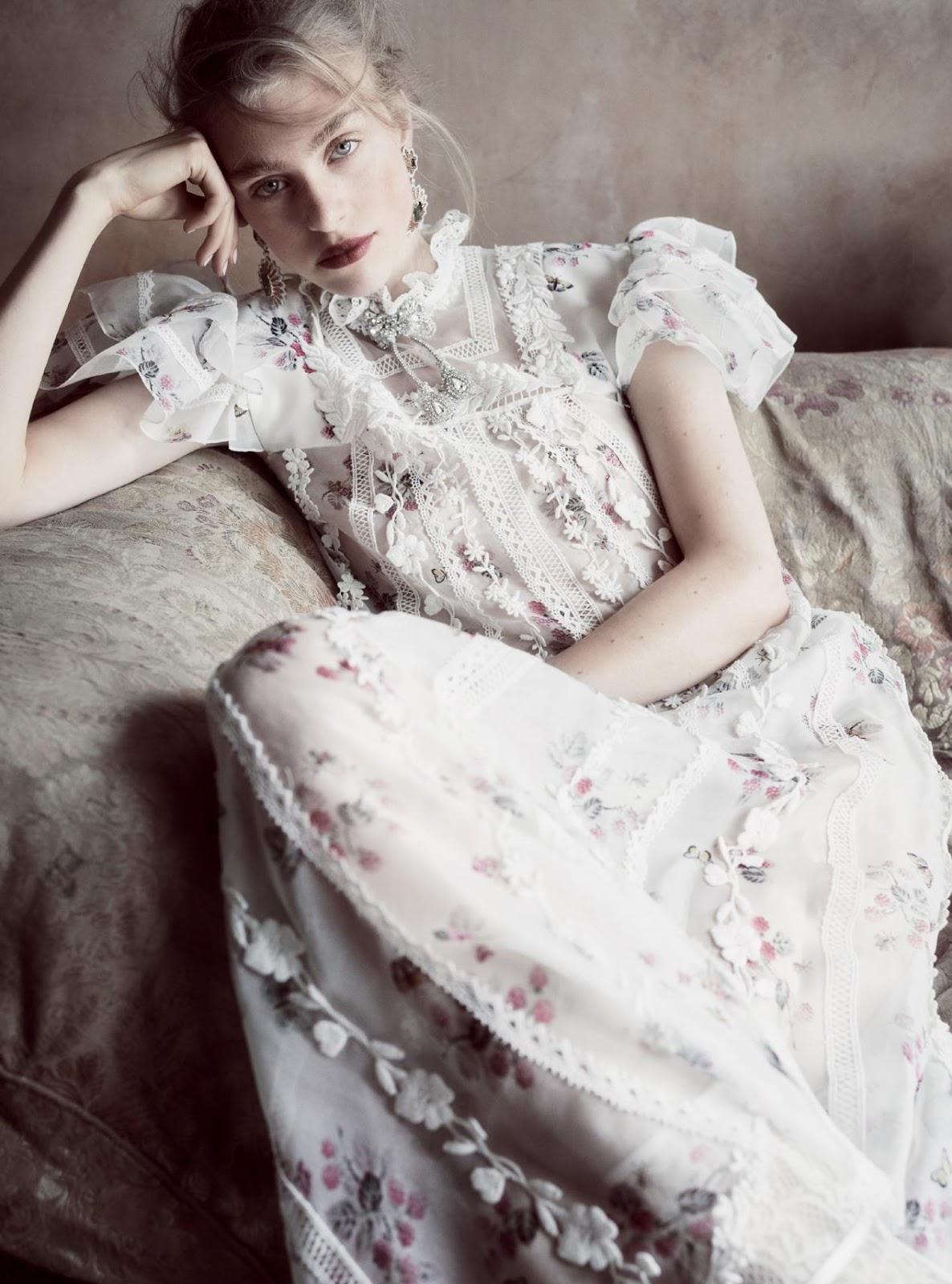 платье из органзы, Giambattista Valli Haute Couture; серьги из золота и белого золота с турмалинами и рубинами, Buccellati