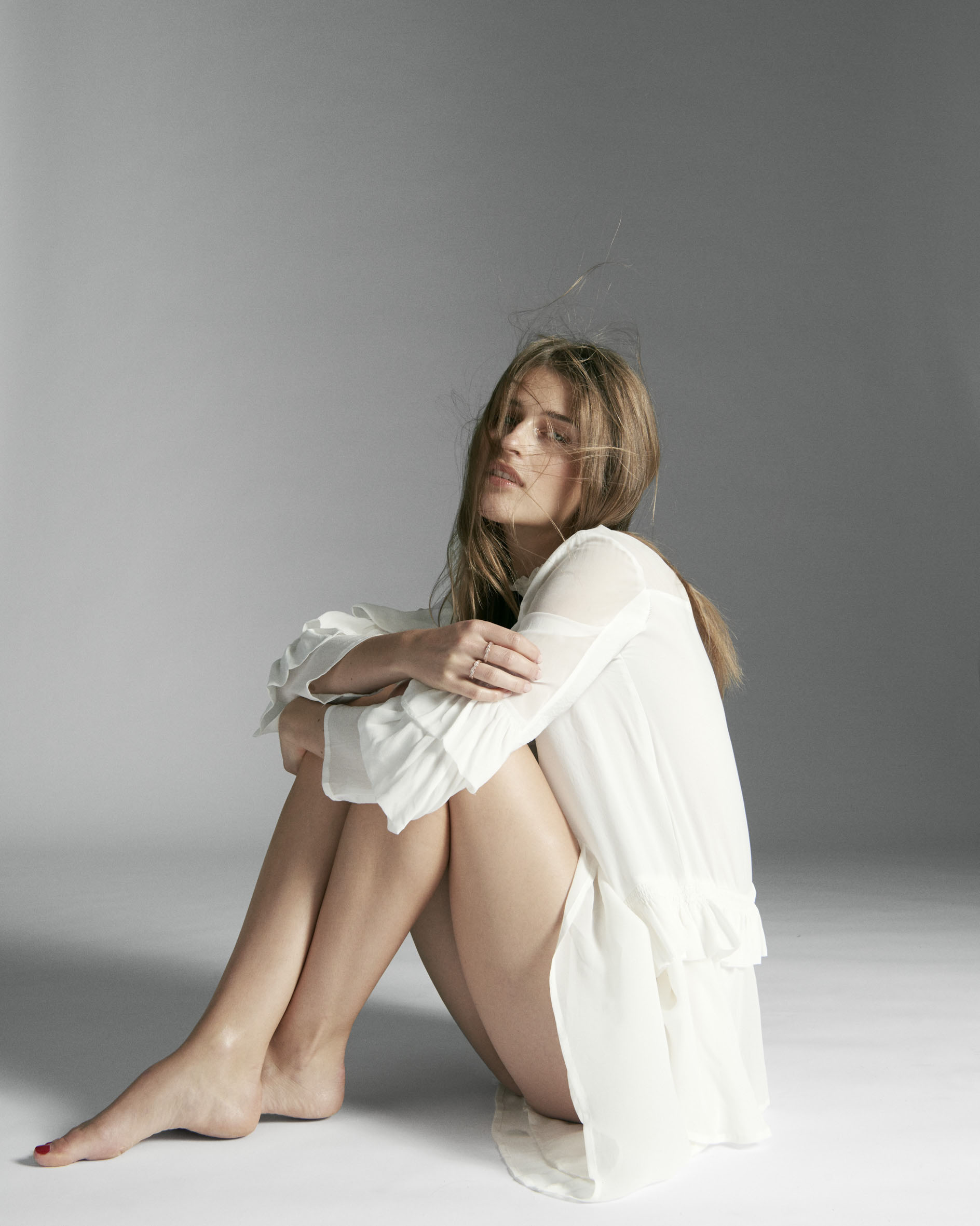 платье, Munthe; серьги из желтого золота Forget-Me-Knot, Georg Jensen; кольца Twist of Fate, Pandora