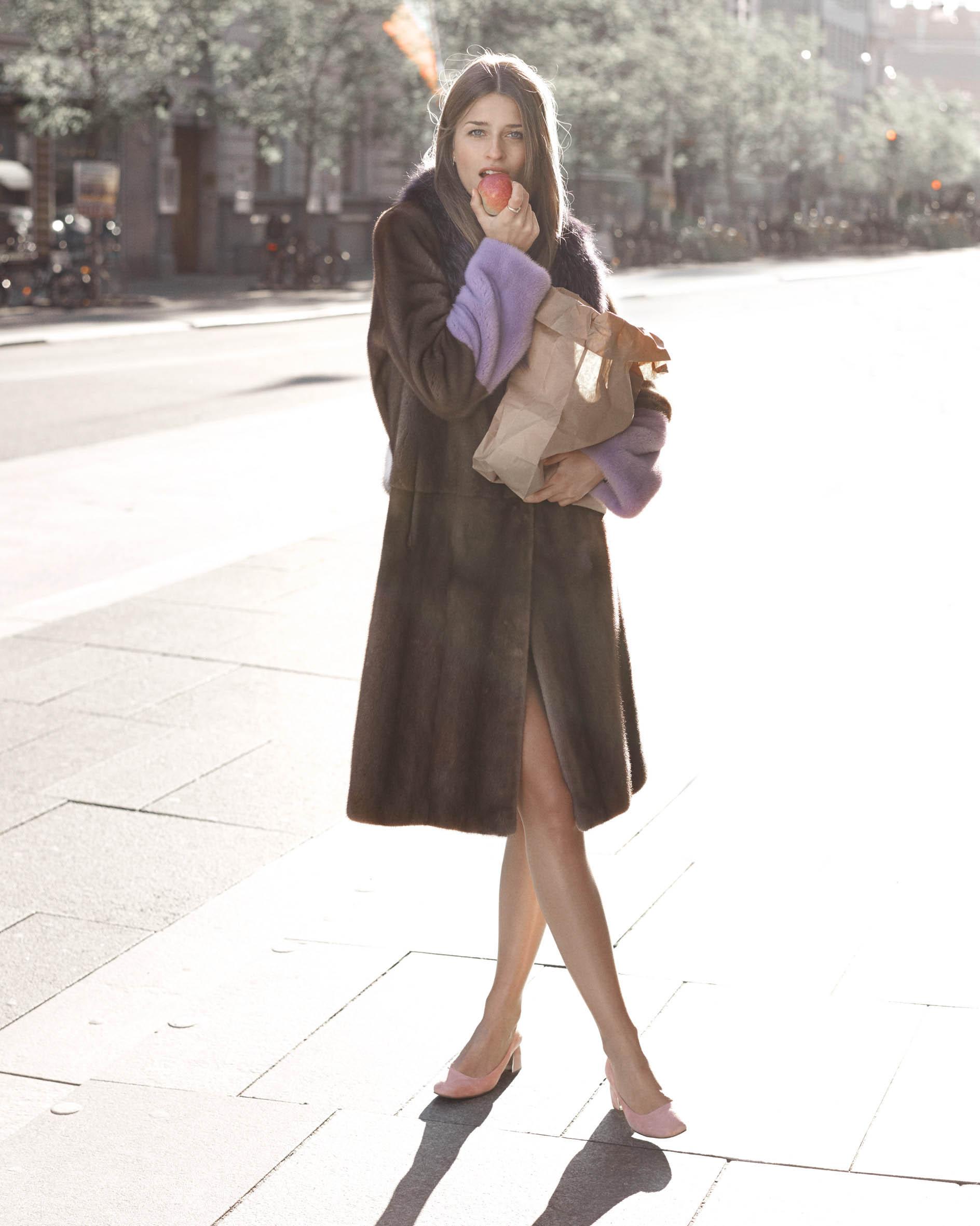 пальто из меха норки с лисьим воротником, Saks Potts; туфли Eda из замши в стиле 90-х годов, Notabene by Roberto Festa; серьги La Lune, Anni Lu; перстень Piper из желтого золота, RebekkaRebekka