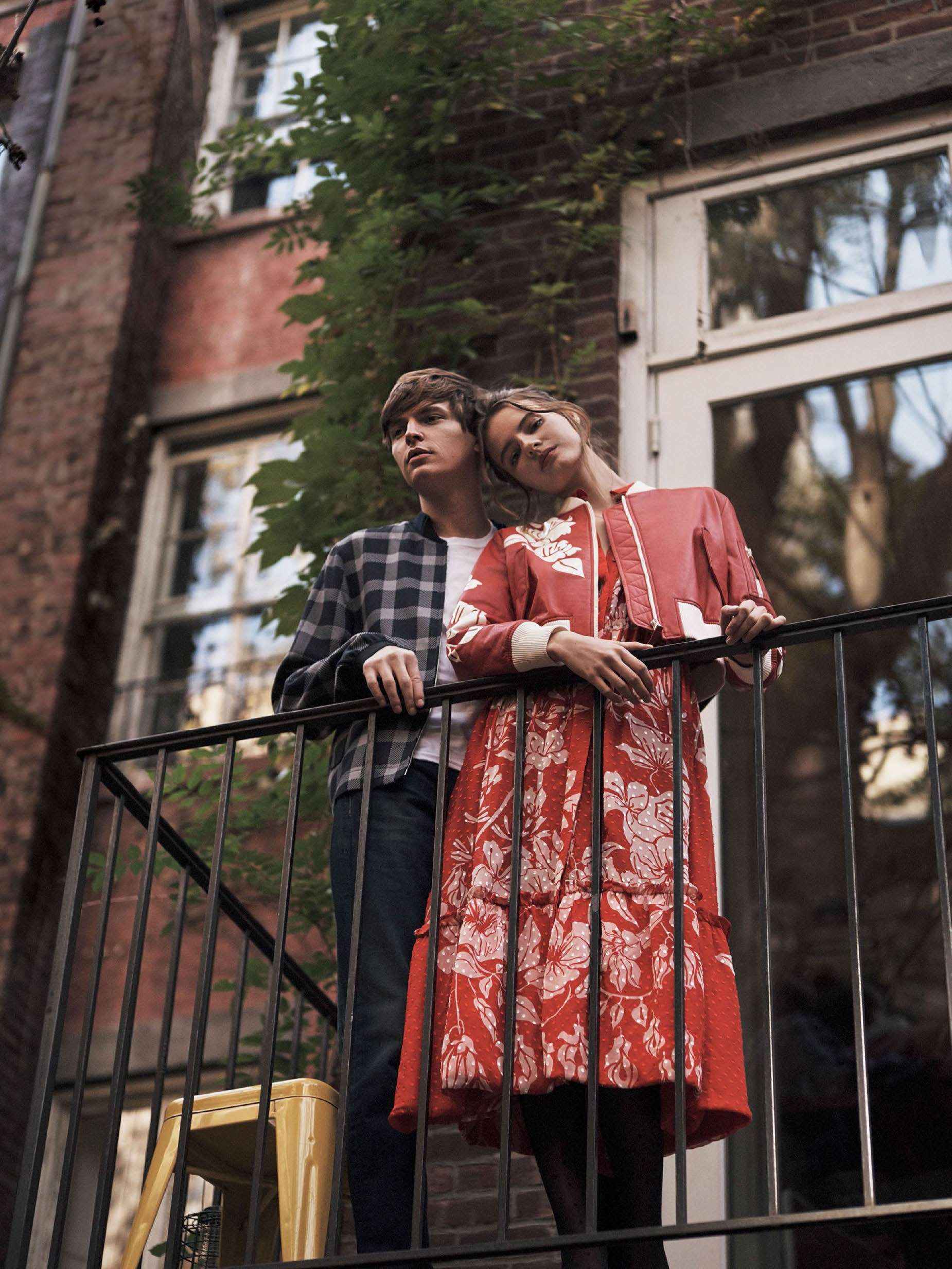 Тильда: кожаная куртка, платье из хлопка, Fendi; Джон: куртка, Christopher Kane