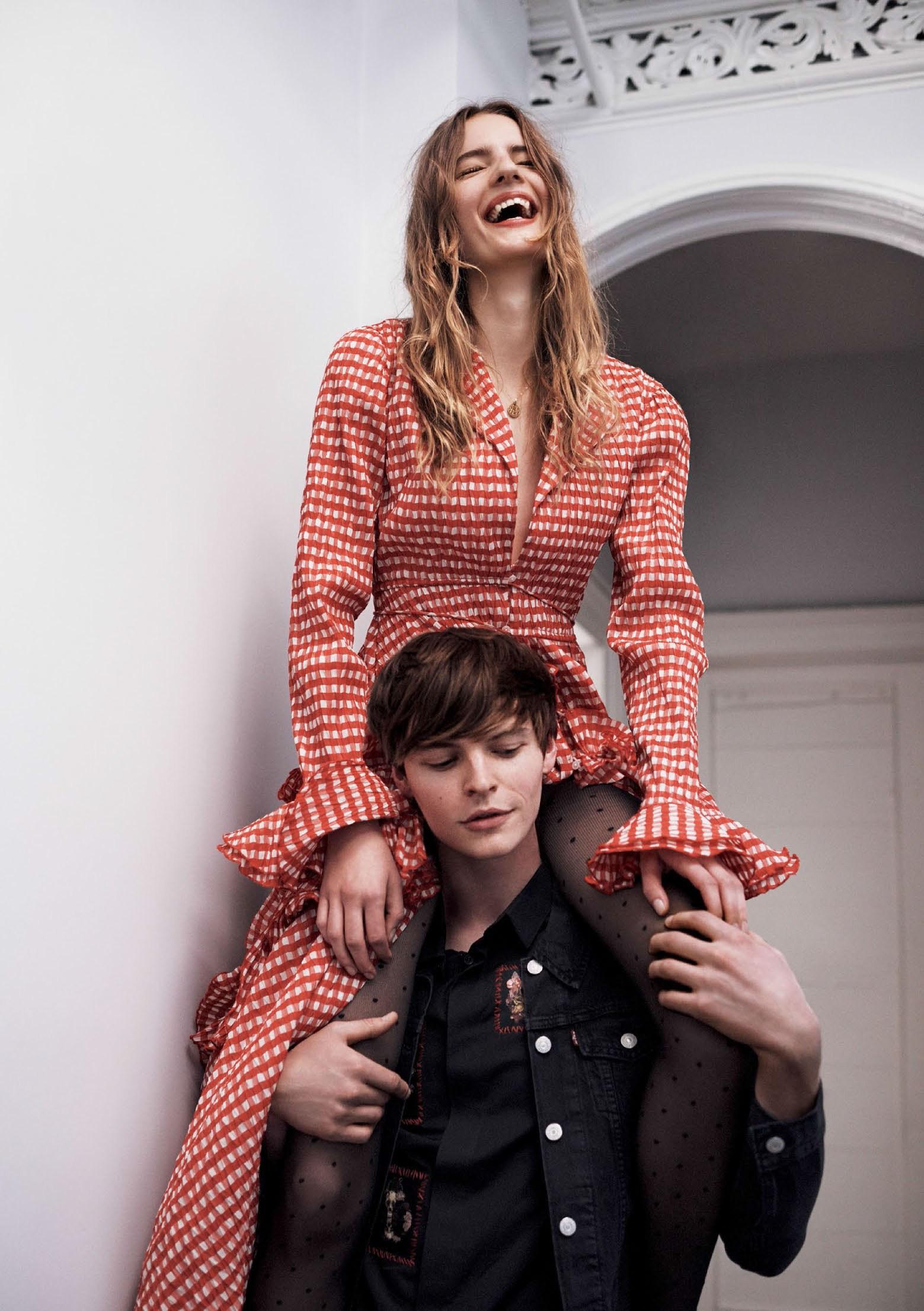 Тильда: платье, Rosie Assoulin; ожерелье, собственность модели; Джон: рубашка из хлопка, Dior Homme