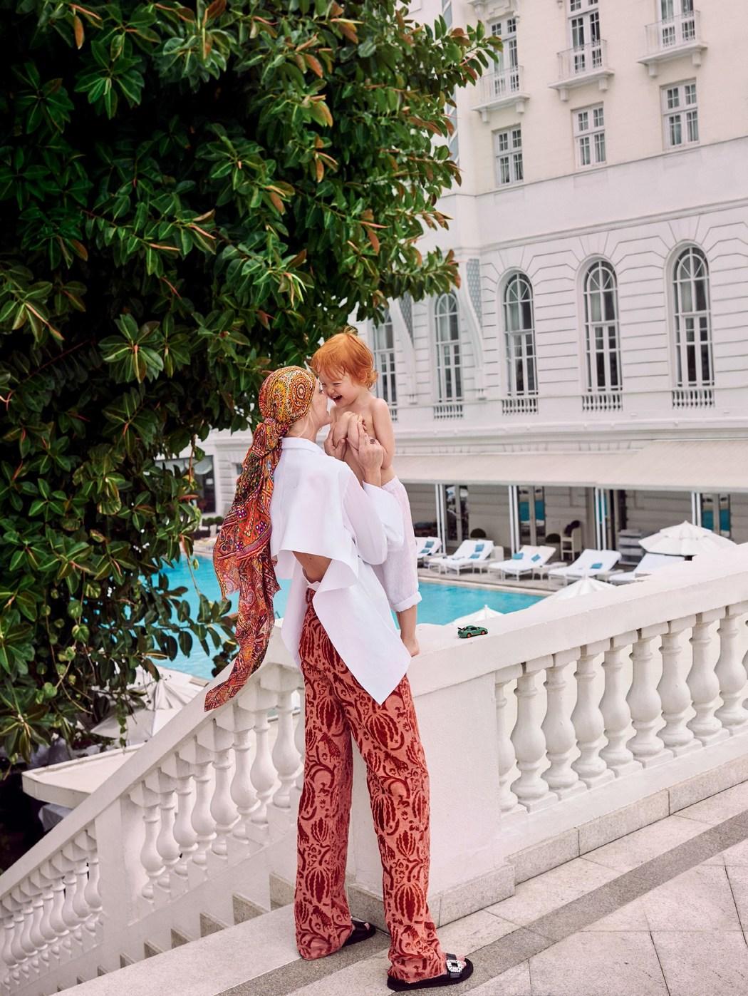 рубашка и брюки из бархата, Valentino; шарф, Bindya; кольцо, Ginette NY; сандалии, Roger Vivier