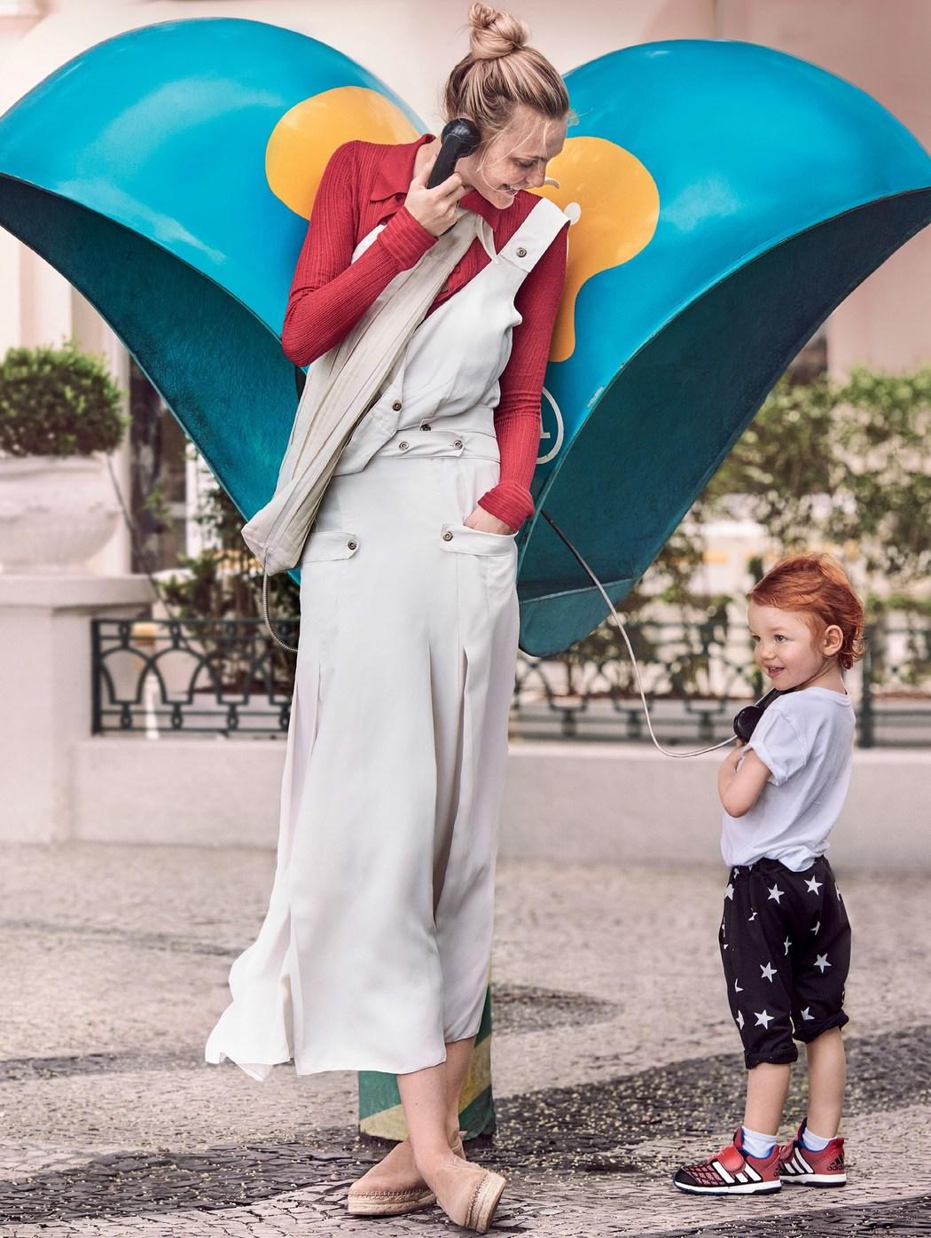 платье и свитер, Bottega Veneta; сумка, The Row; эспадрильи, Sam Edelman
