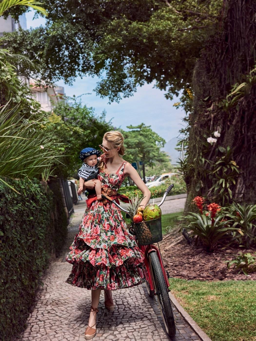 платье, Dolce & Gabbana; пояс, B-Low; шарф, Charvet scarf; эспадрильи,  Soludos