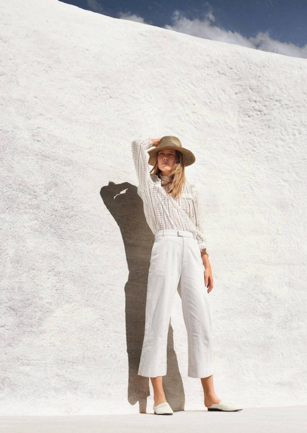 блузка, Claudie Pierot; брюки из хлопка, IKKS; соломенная шляпа, Emmanuelle Khanh; мюли, Victoria Beckham