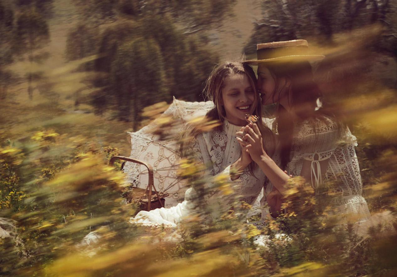 Тереза: платье, Lover; Фиби: платье, Erdem; винтажная шляпа, Blake Watson; зонтик и корзинка для пикника, Mitchell Road Antique & Design Centre