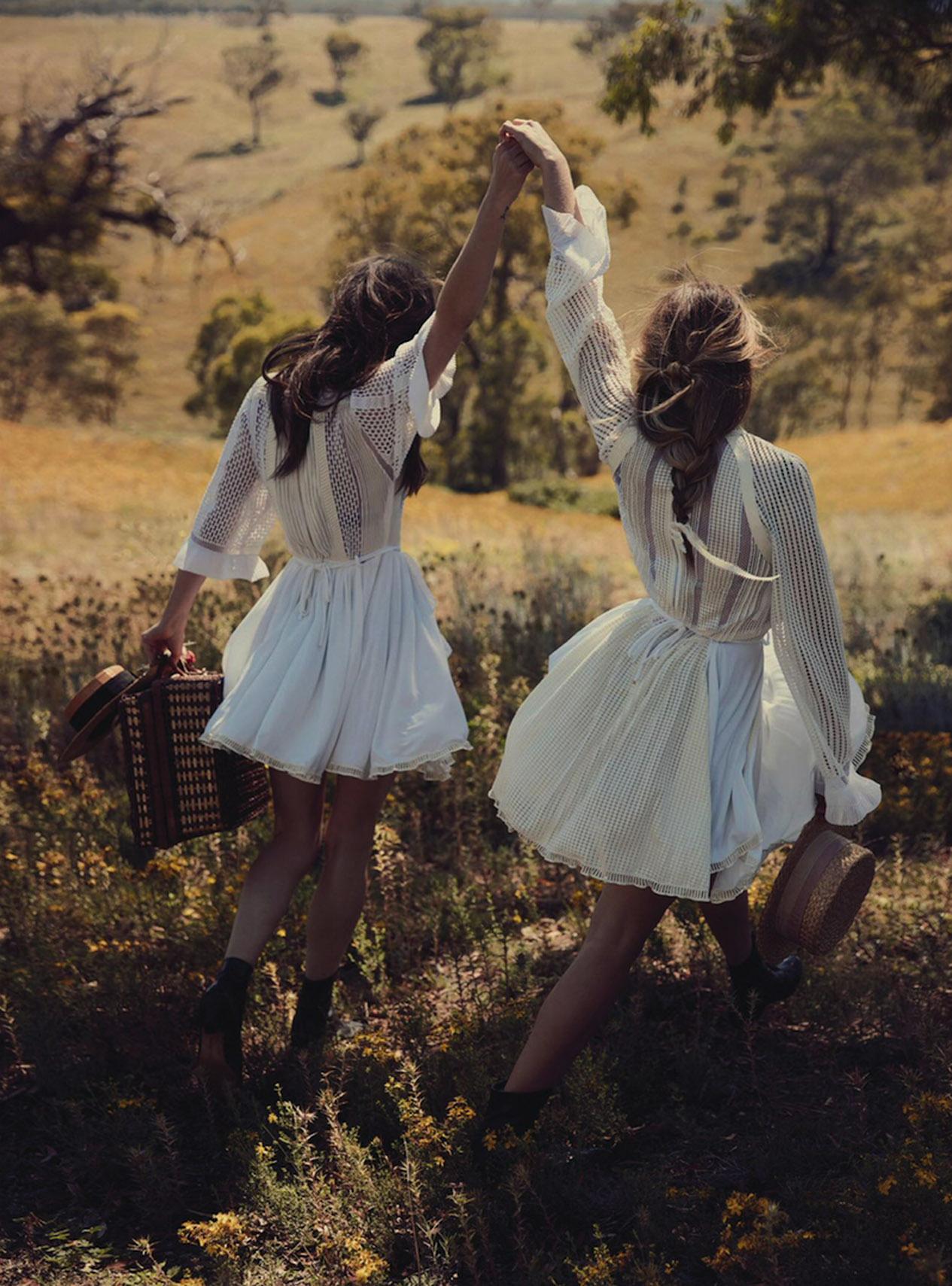 Тереза и Фиби: платья, бюстгальтеры и трусы, Louis Vuitton; винтажные шляпы, Blake Watson; винтажные ботинки, The Vintage Clothing Shop; корзинка для пикника, Mitchell Road Antique & Design Centre
